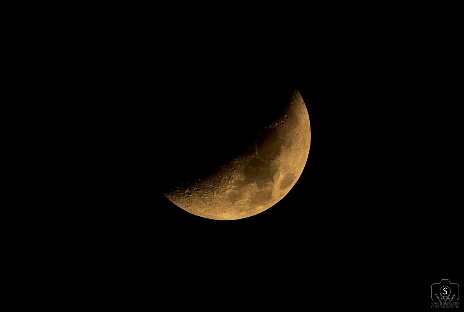 moon by Sébastien Wautié