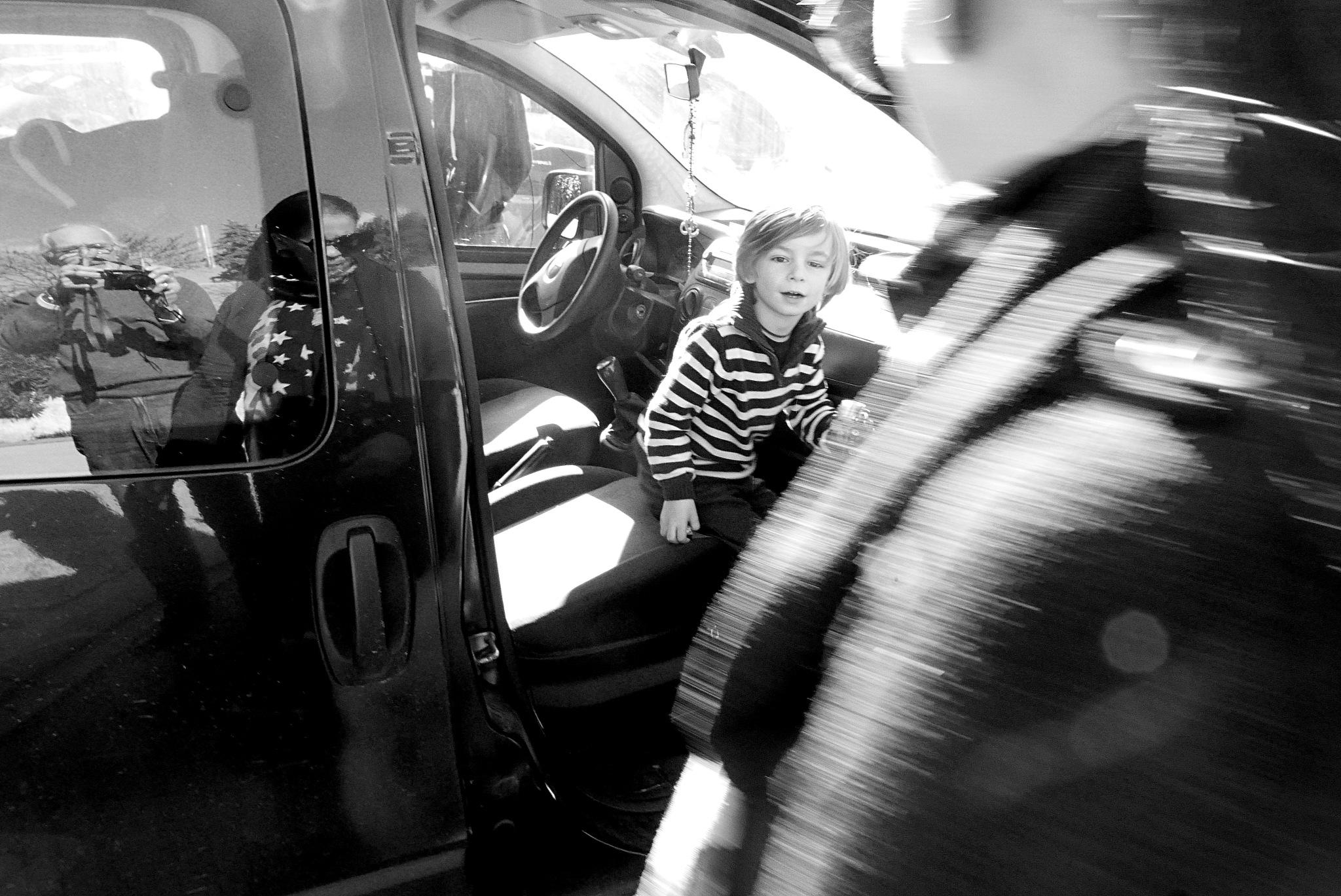 Selfie on car by Gérard Barré