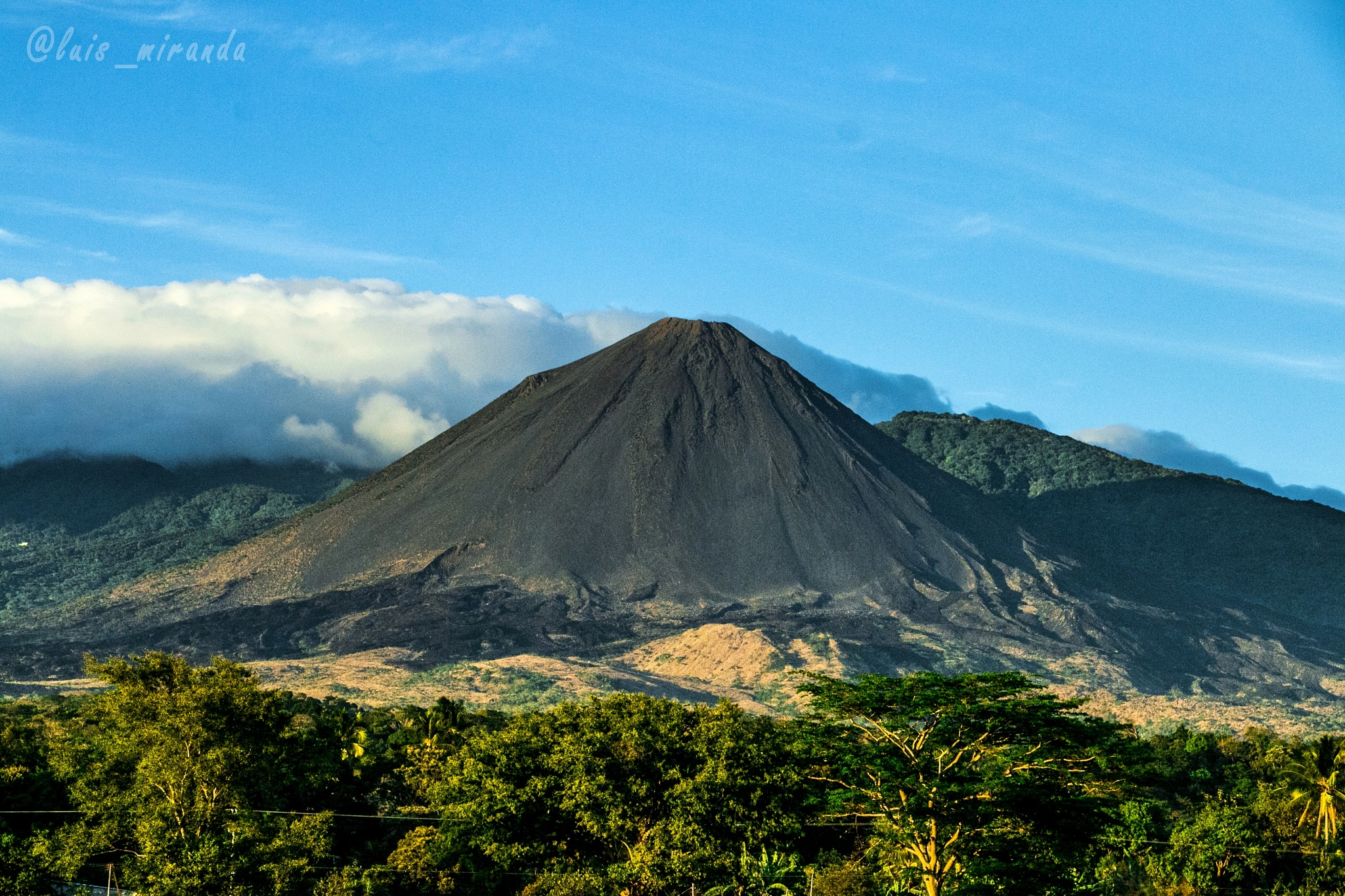 Volcán de Izalco  by Luis Miranda