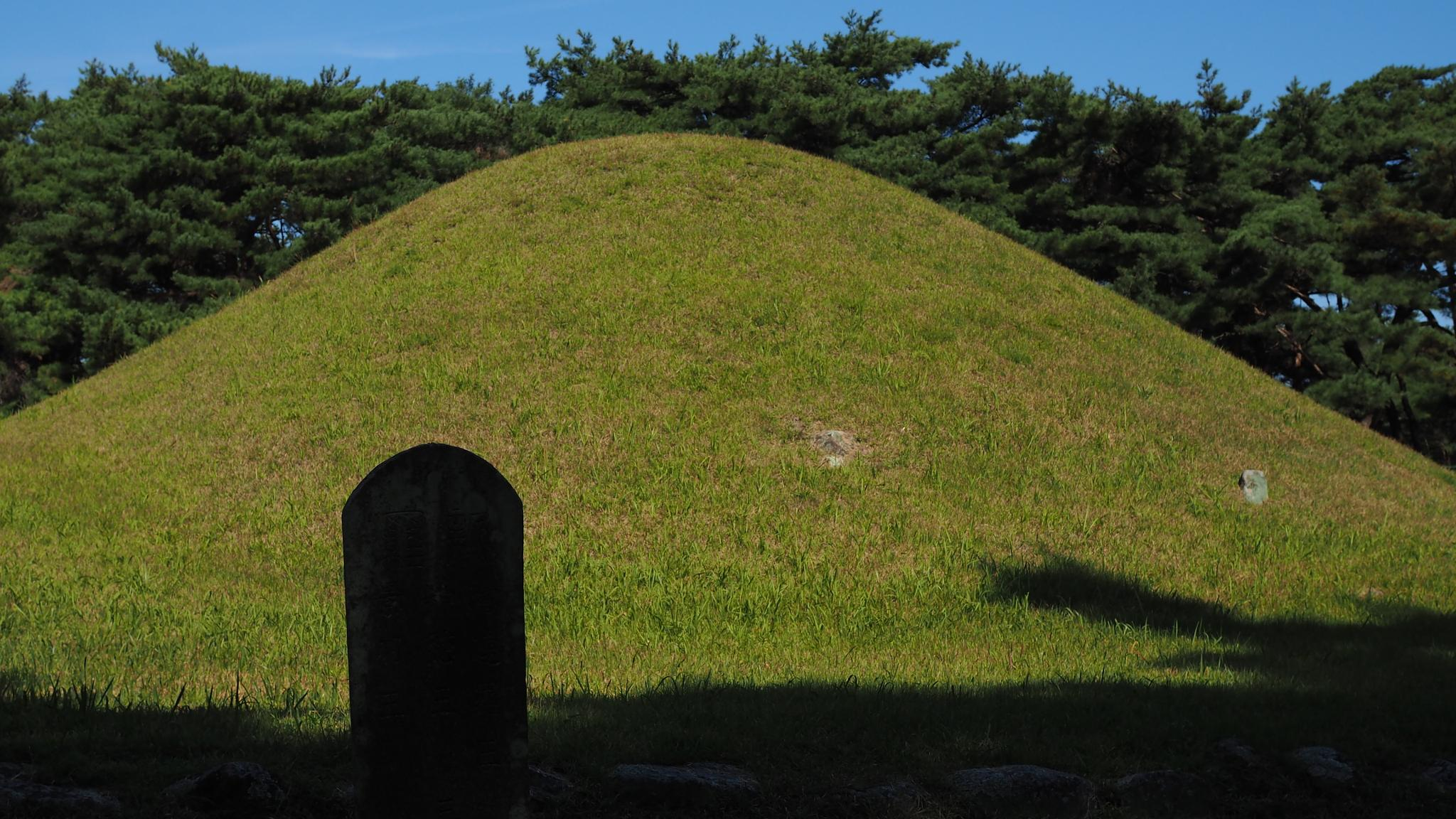 Gyeongju, the city of the royal tombs by Kim, Jeong Hwan
