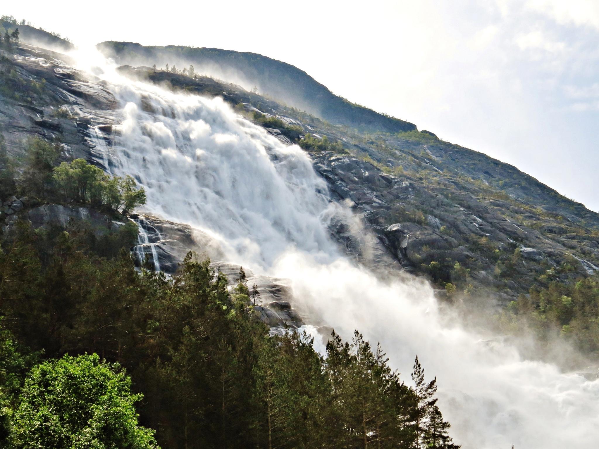 Langfoss waterfall by Thor Dullum