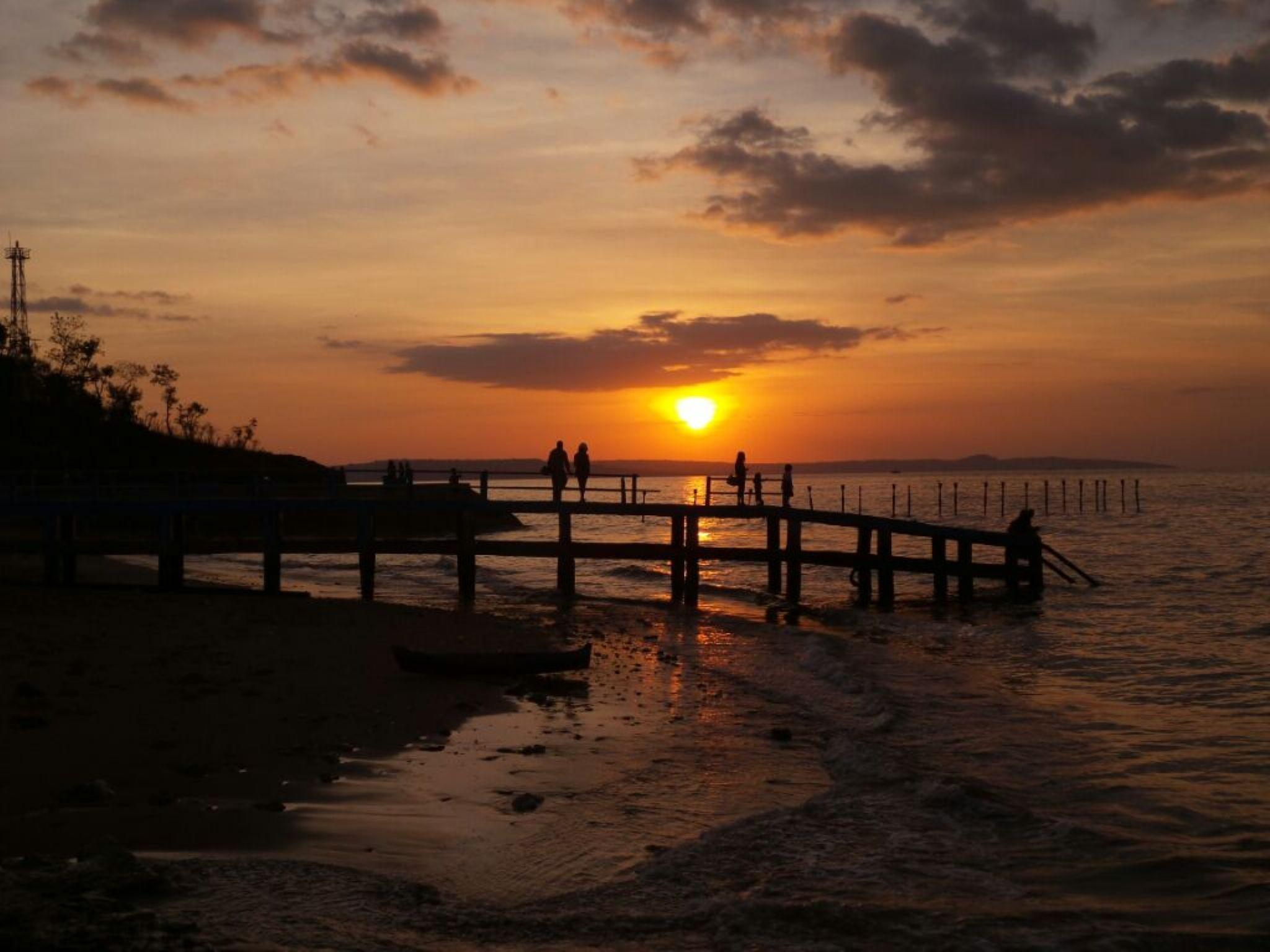 waiting sunset on the beach by riyan lanoe