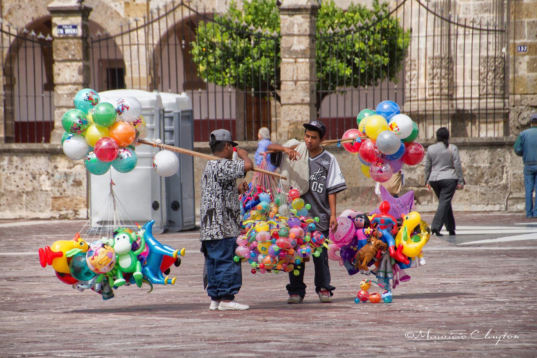balloon men chatting by mauricio.clayton