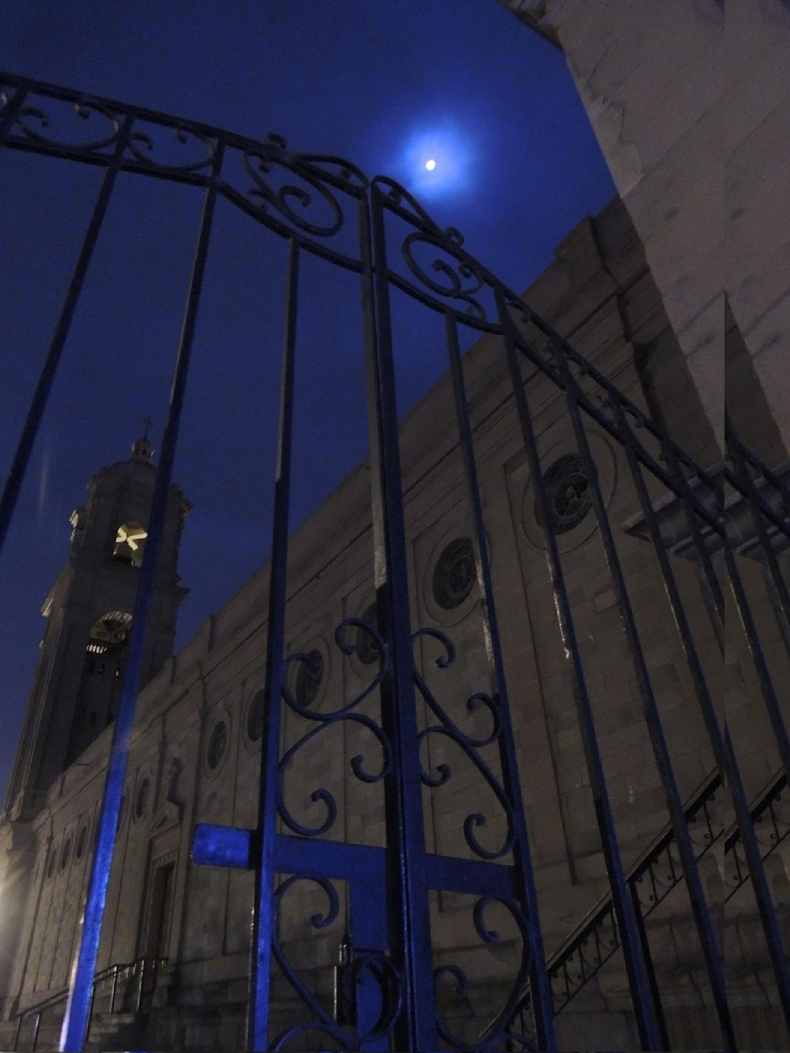 blue moon by efrain.tello.37
