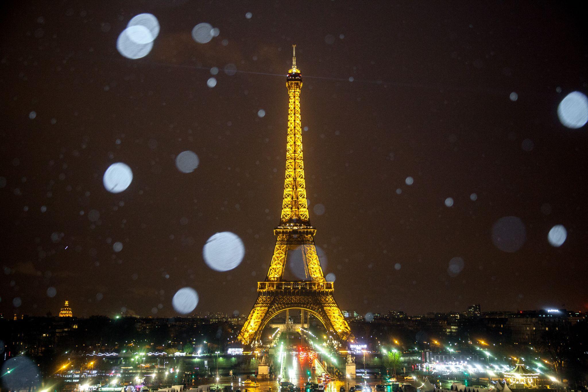 Rainy Eiffel by kliffwong