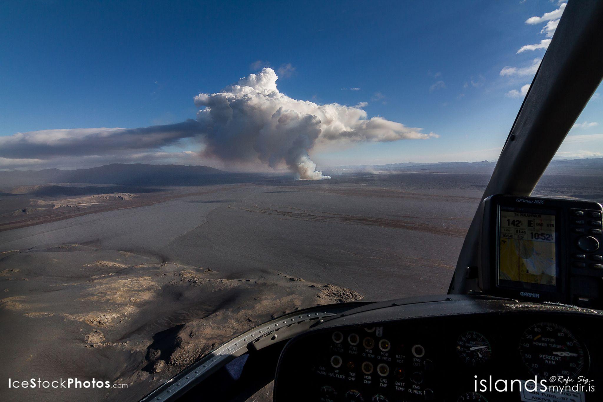 """Flying to the Volcanic Eruption at Holuhraun with Norðurflug"" - #Iceland by Rafn Sig,-  @ Discover Wild Iceland.com"