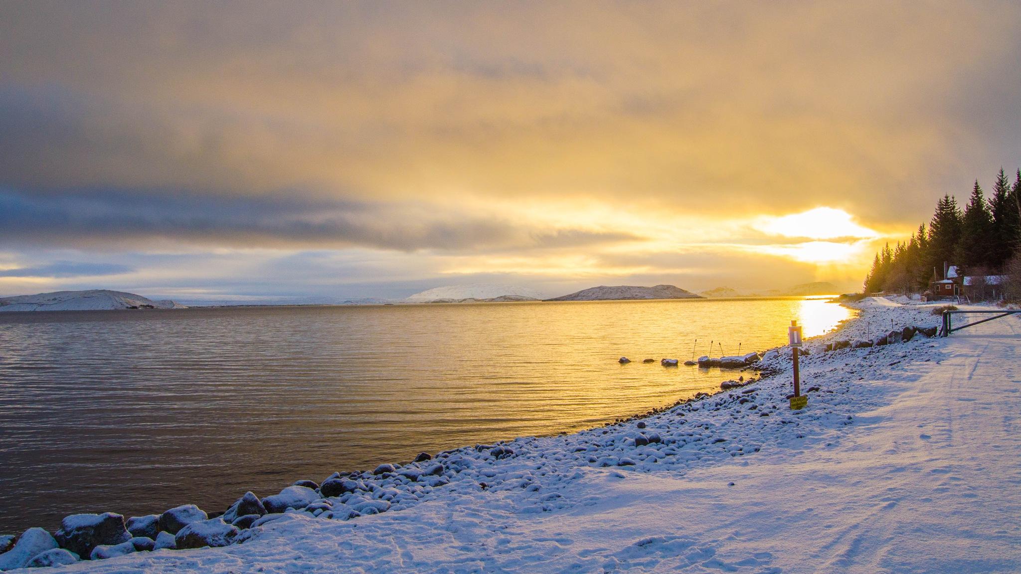 Pingvallavatn Lake by Tavo