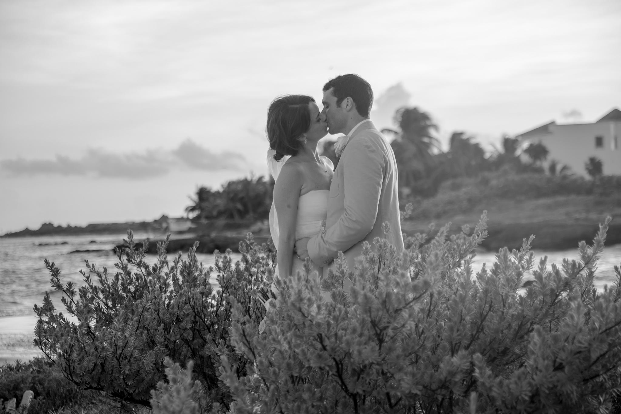 First kiss on b&w by AlexMelendezPhoto