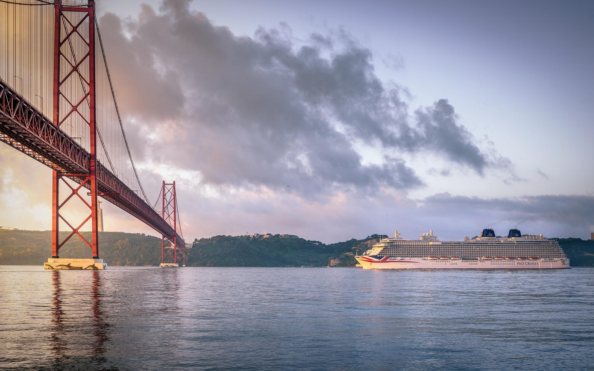 Zarpando al amanecer by Eduardo Regueiro