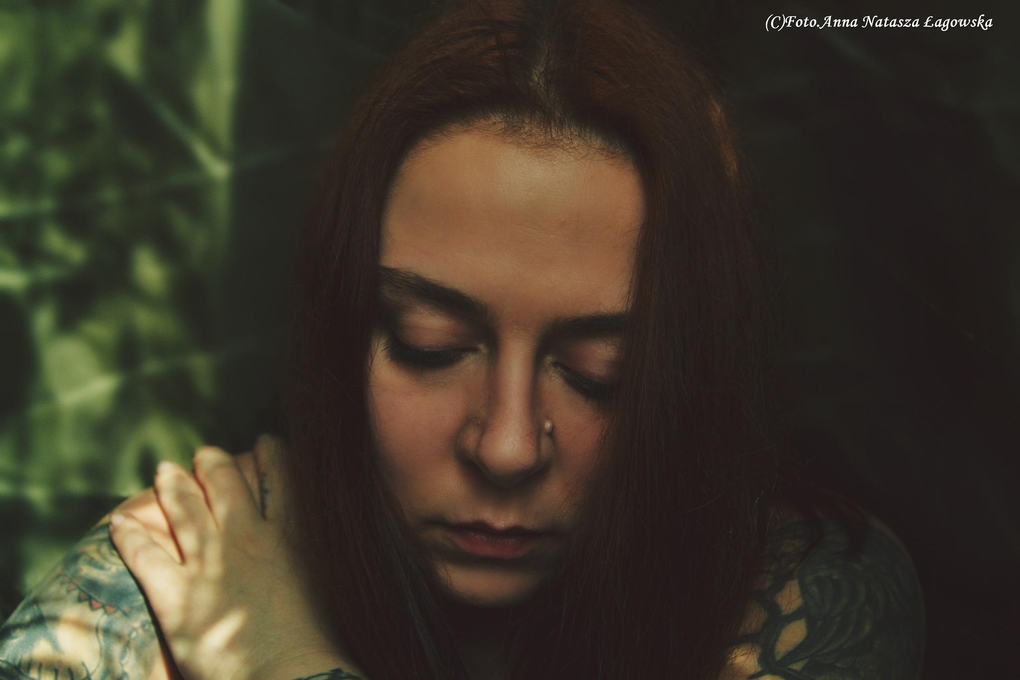 W ciemności mniej widać. W jasności chcemy więcej ukryć... by Anna Natasza Łagowska