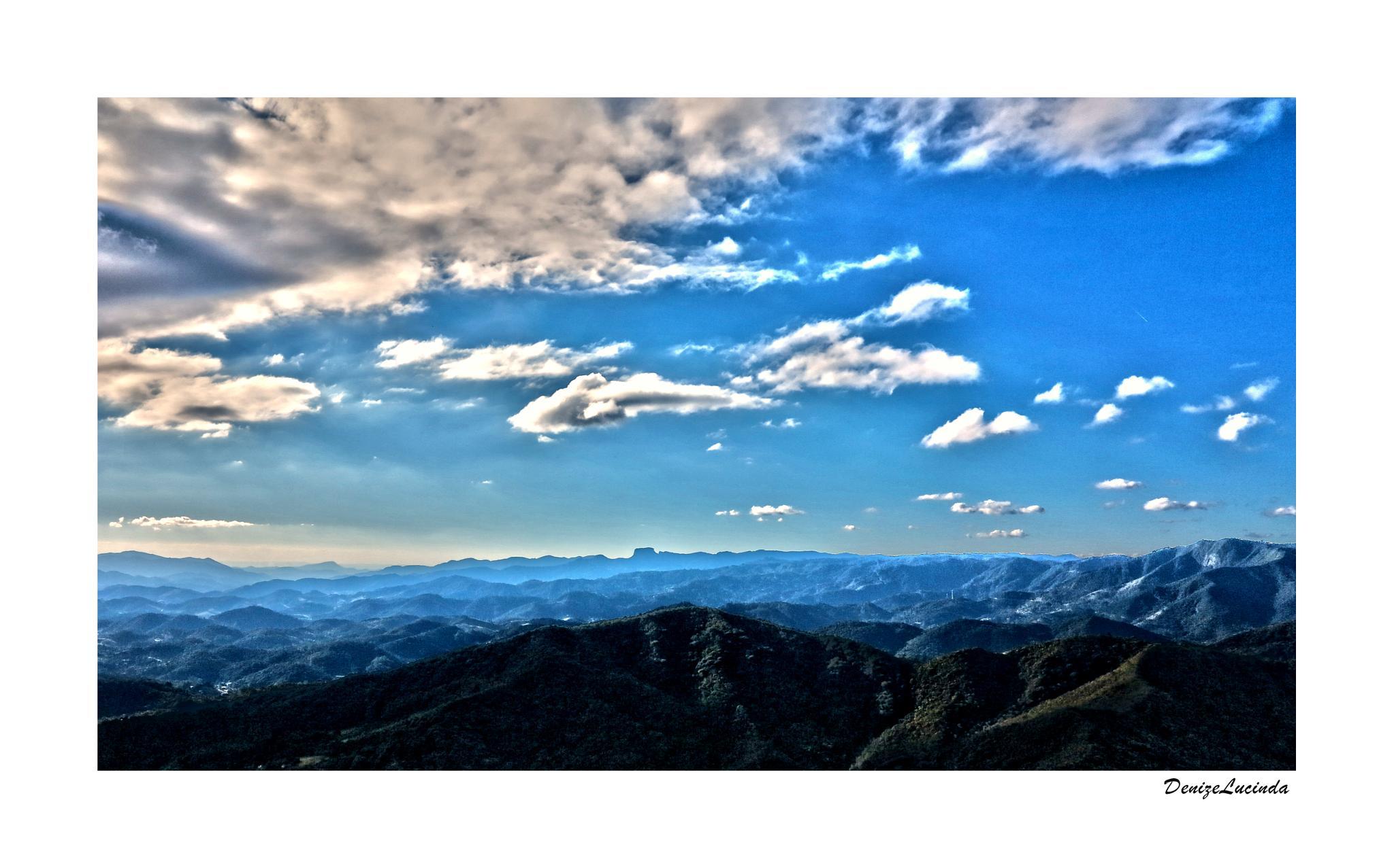 Pico Agudo, ao fundo Pedra do Baú  by denizelucinda