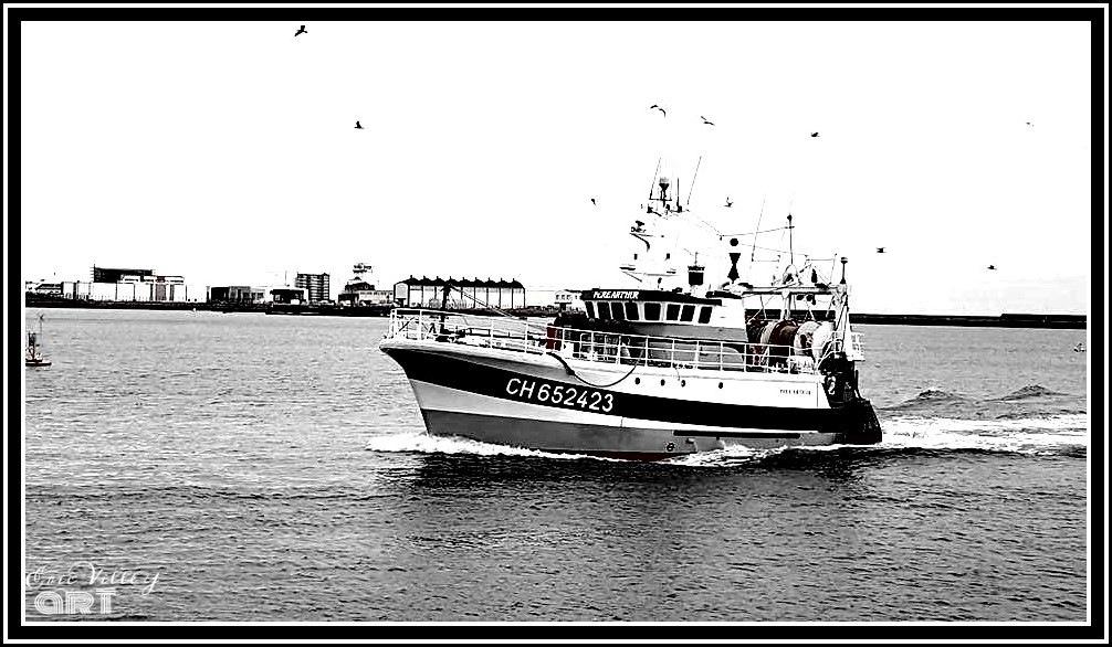 fisching boat in black and white by ςɑʀɨиє єт єʀɨς ɑʀтɨsтєs ρɦღтღɢʀɑρɦєs