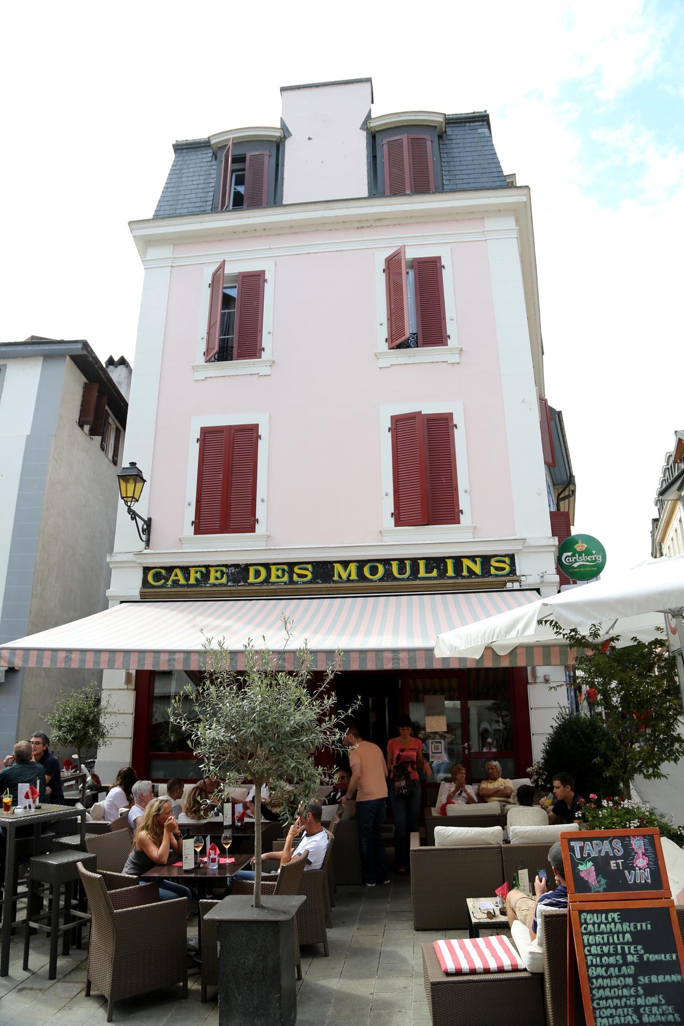 Cafe des Moulins by Atila_Yumusakkaya