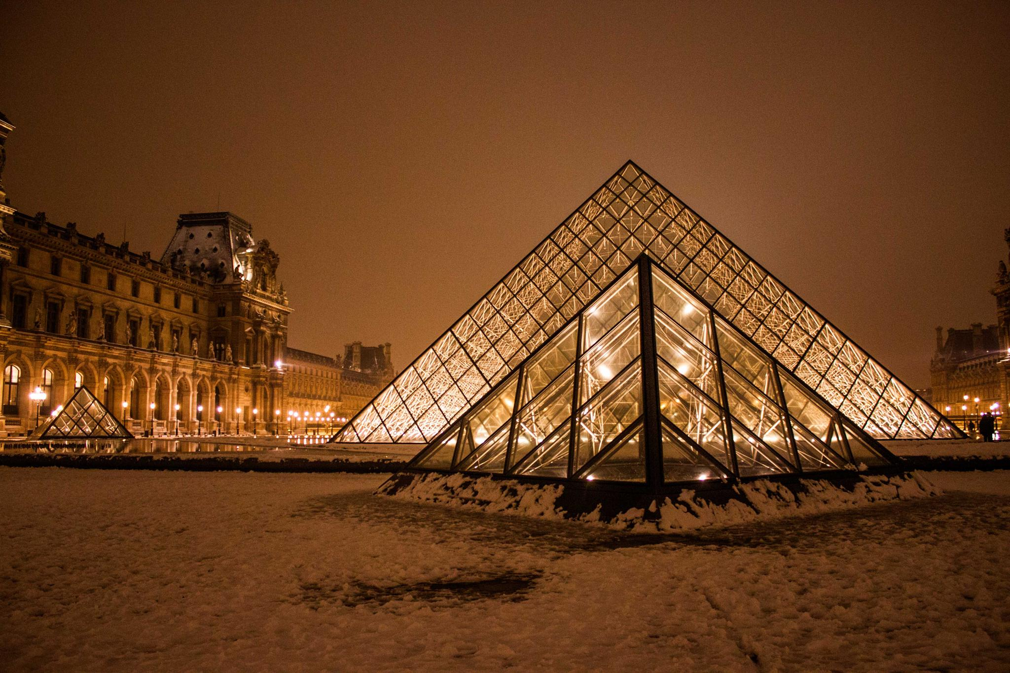 Louvre at night by hrisi_ast