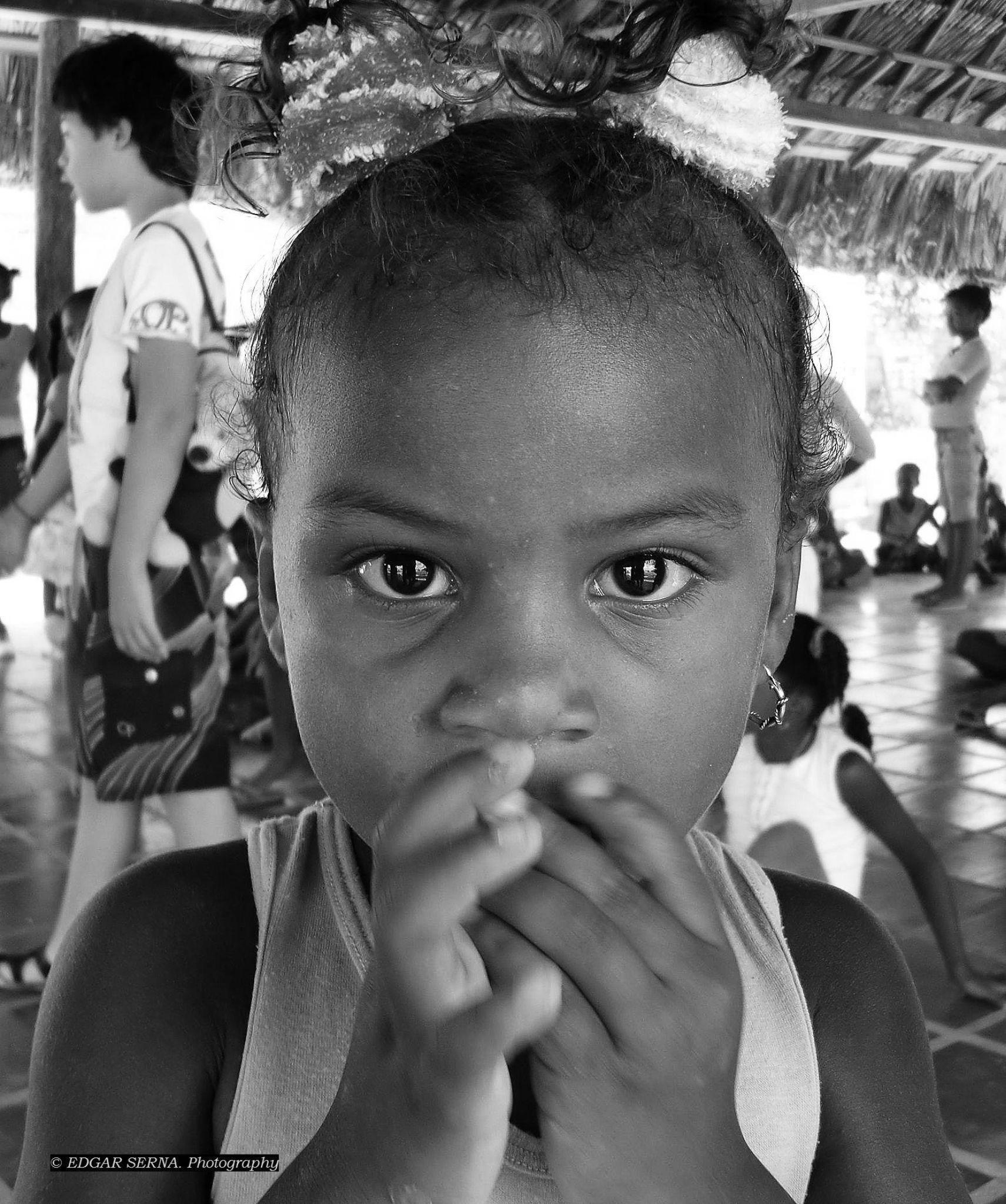 Little girl by Edgar Serna