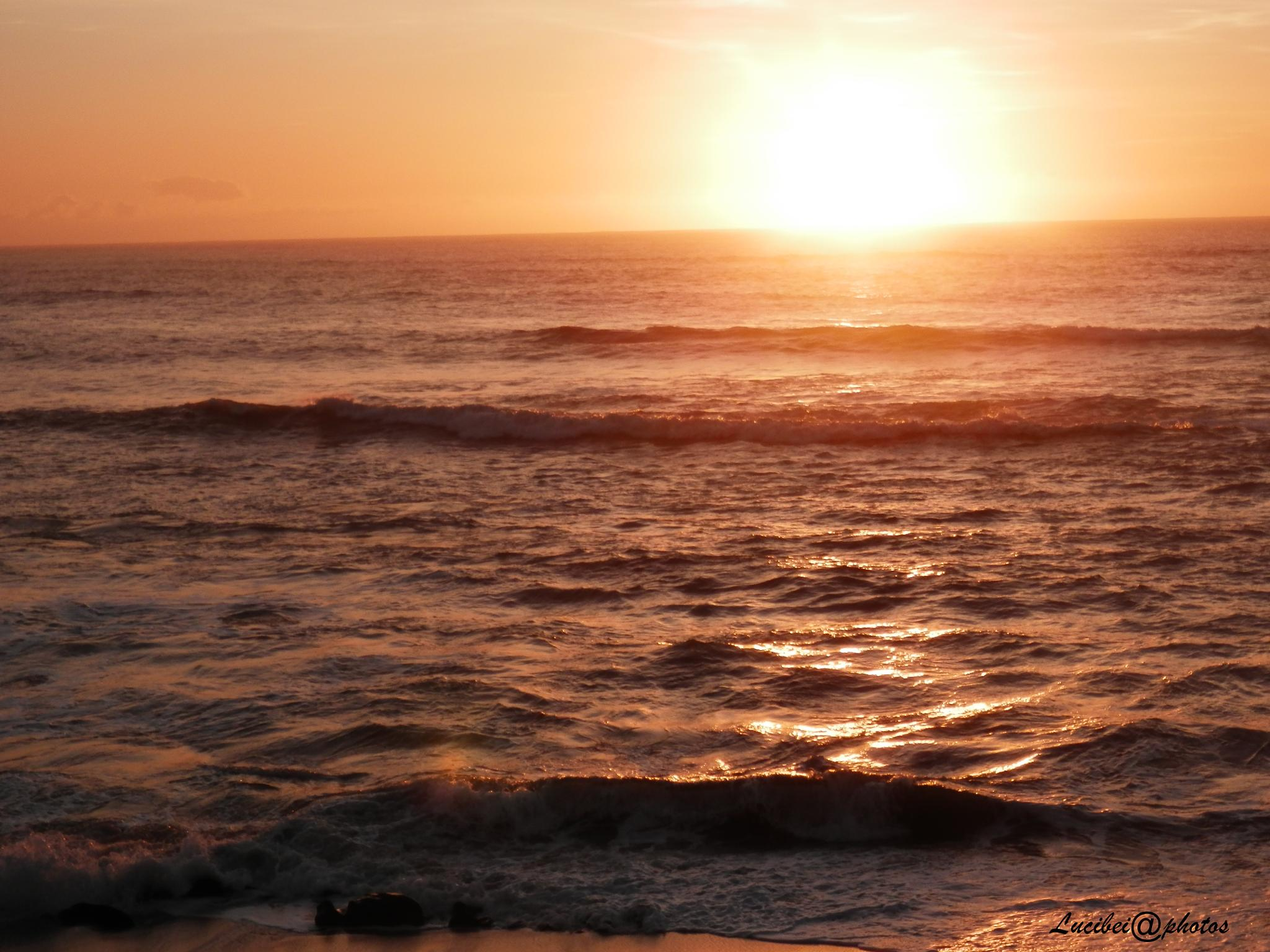 O mar enrola na areia. by lucia.ribeiro.33