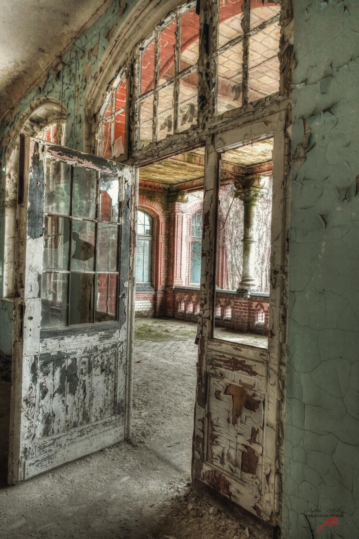 In den Ruinen der Vergangenheit liegen die Perlen von morgen.  Unbekannt by Andreas Rettschlag