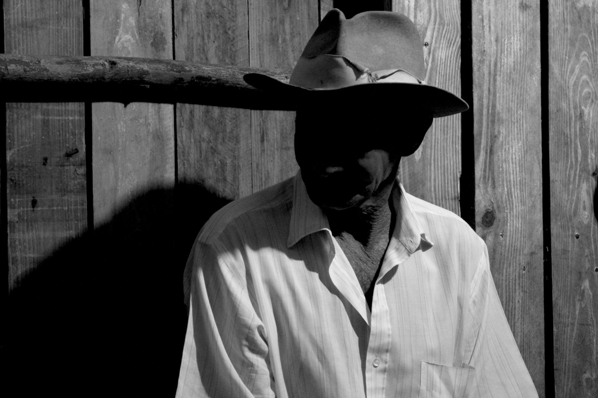 Campesino en siembra de Tabaco by pedro.s.serrano.18