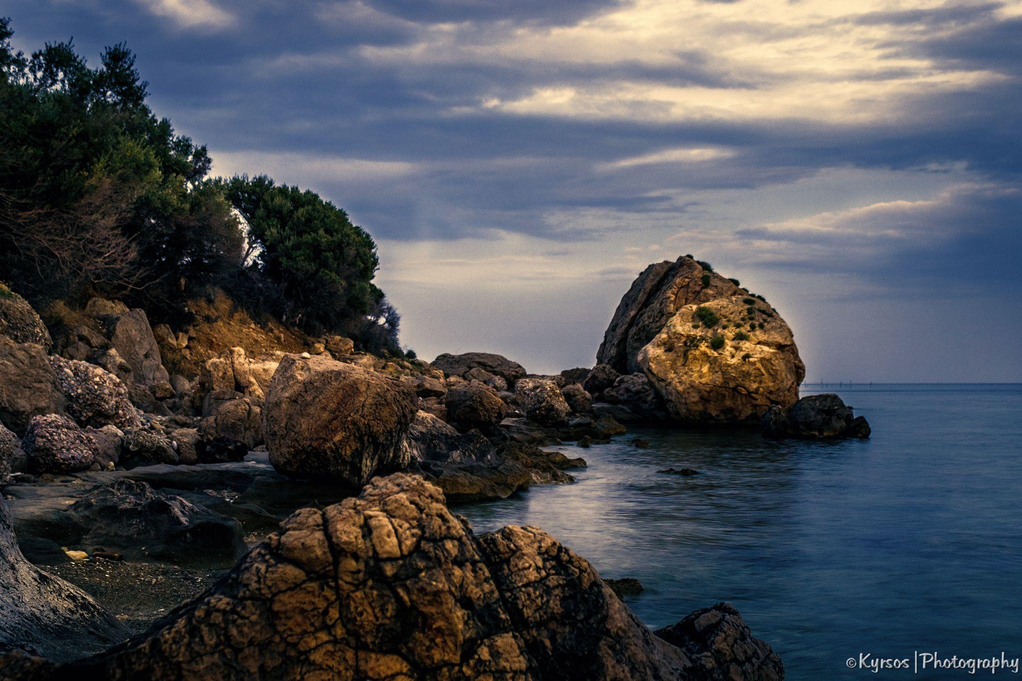 Rocky beach by kyrsos