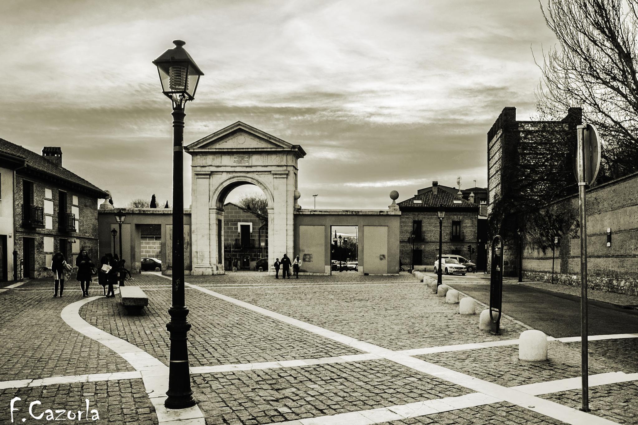 Puerta de Madrid, en Alcalá de Henares. b/n by Félix Cazorla