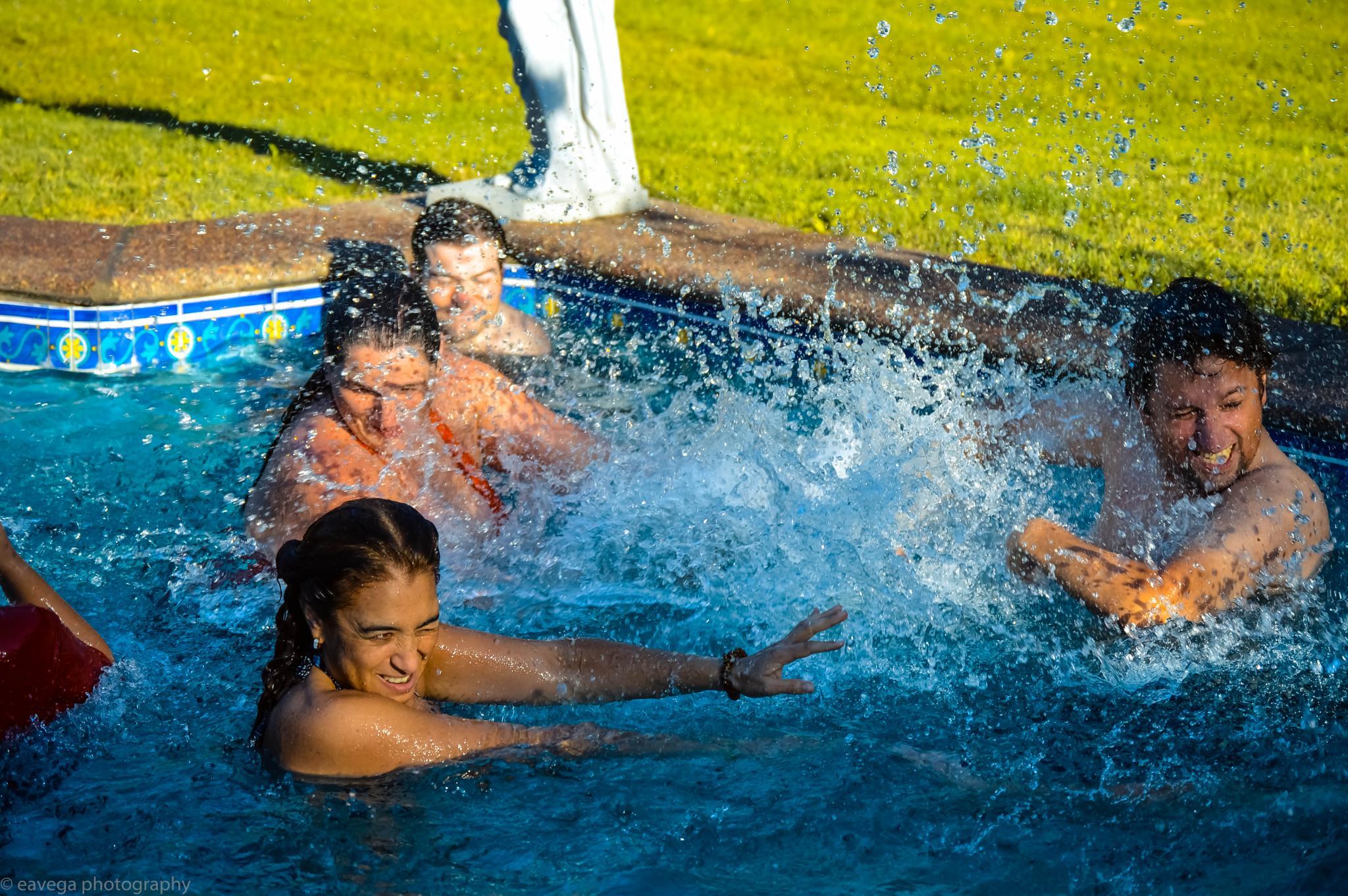 Splashing by Eduardo Vega H