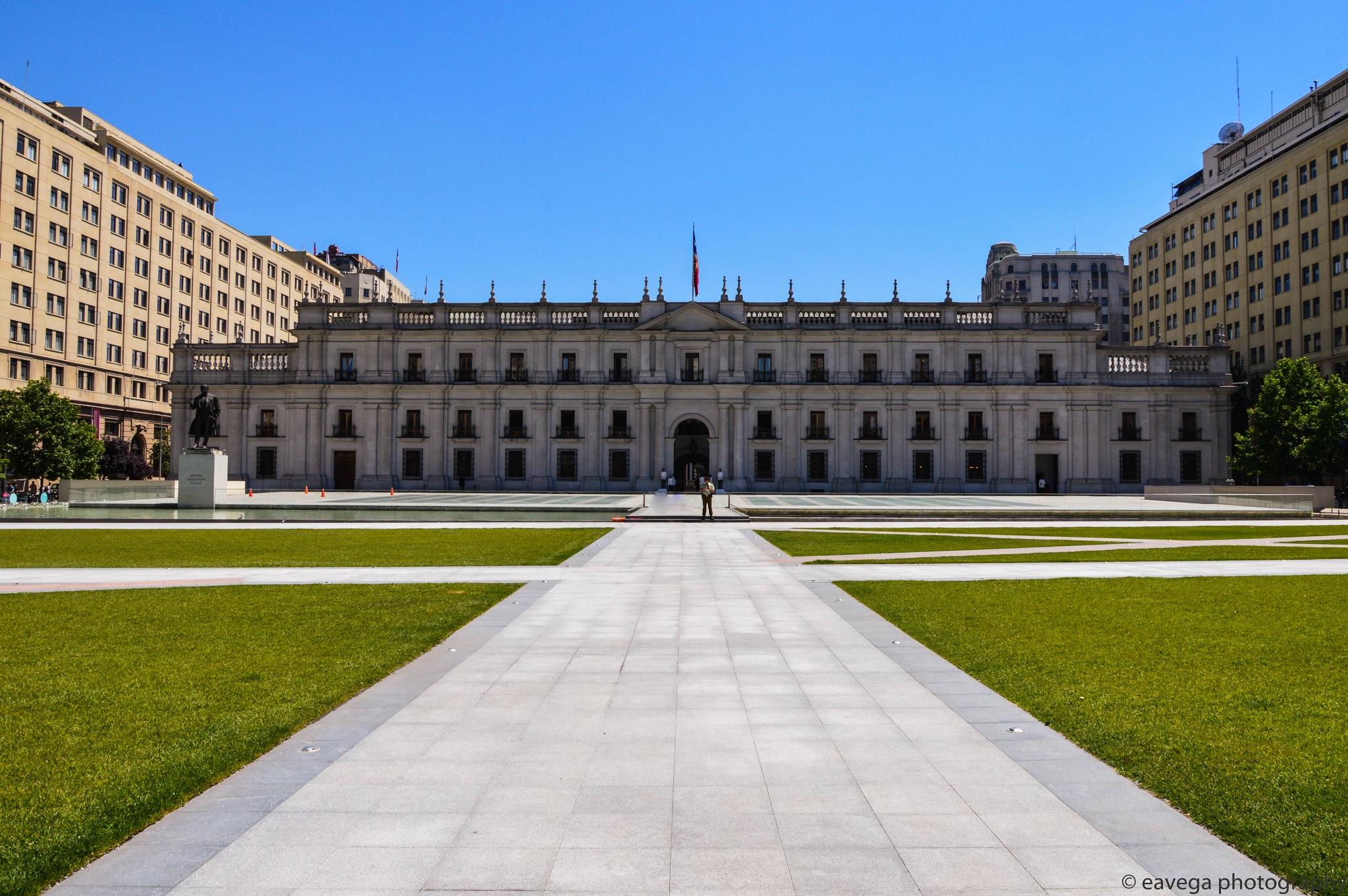 La Moneda Frontis by Eduardo Vega H