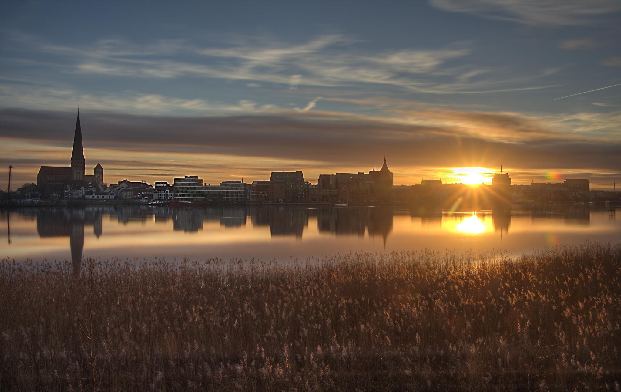 Skyline von Rostock bei Sonnenuntergang by diplompunk