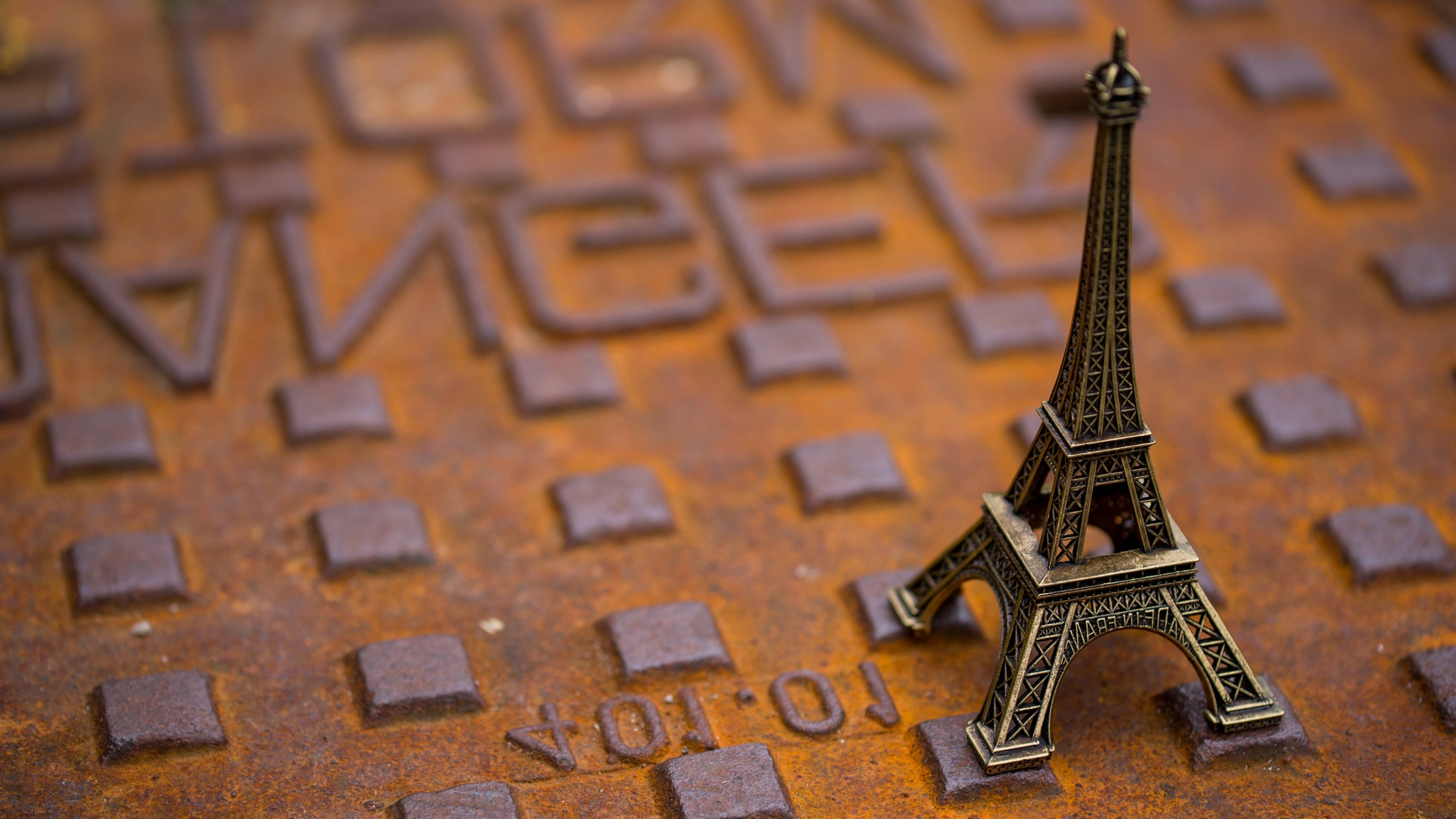 Eiffel on rusty road hatch by AlexTrillium