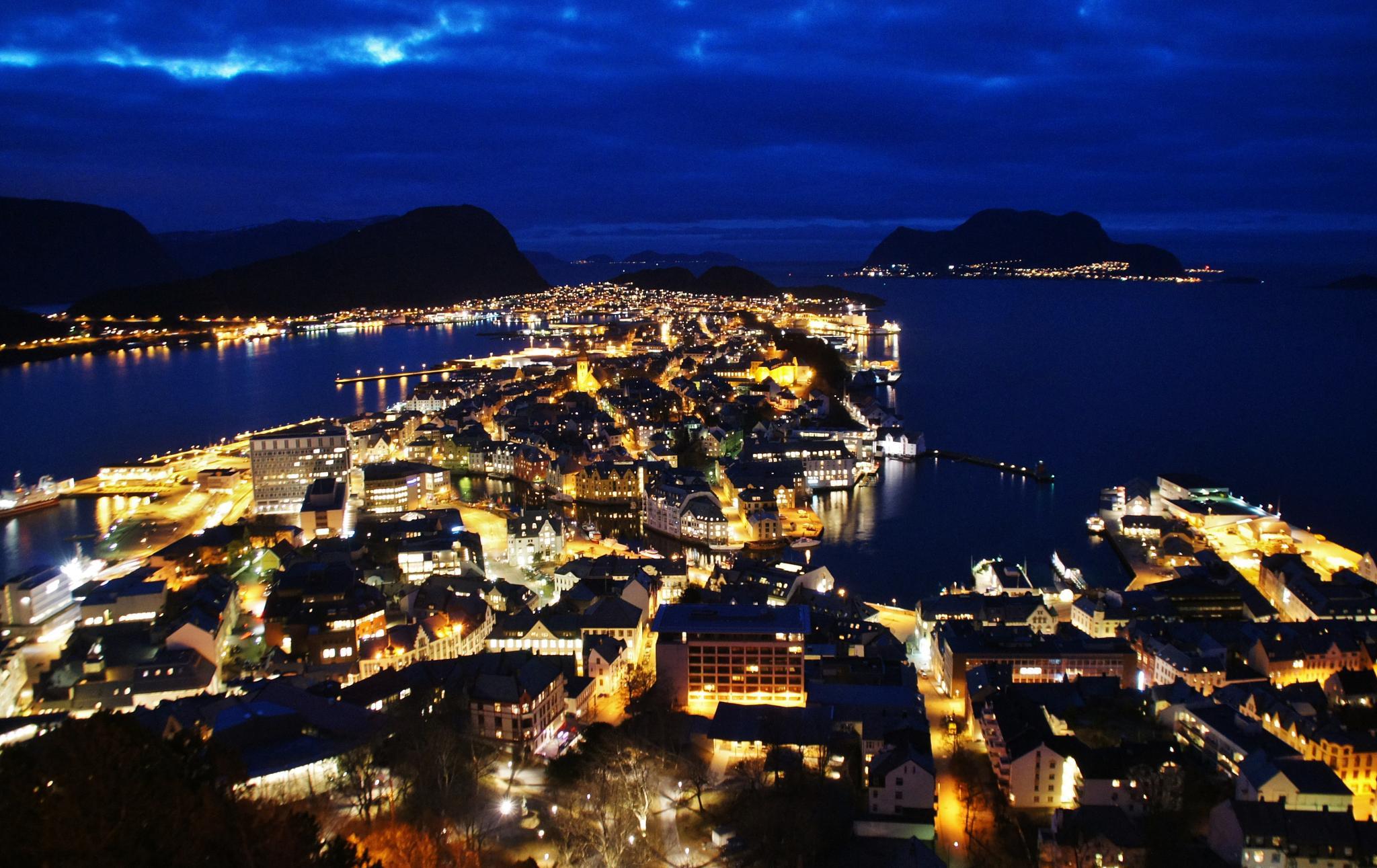 Ålesund by night. by Elisabeth Tennøy