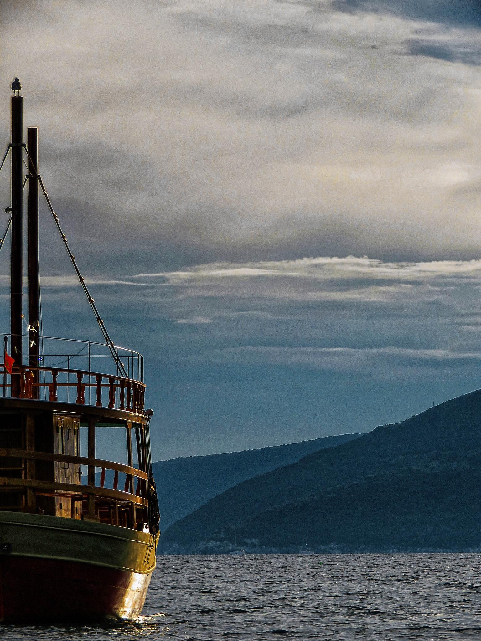 Half of a boat :) by sreten nakićenović