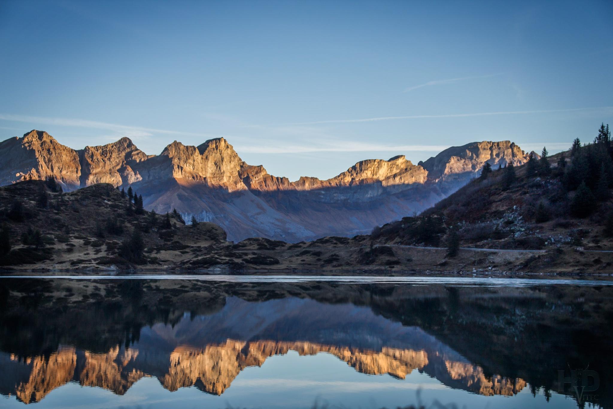 Berge erwachen im Sonnenlicht by dhabluetzel