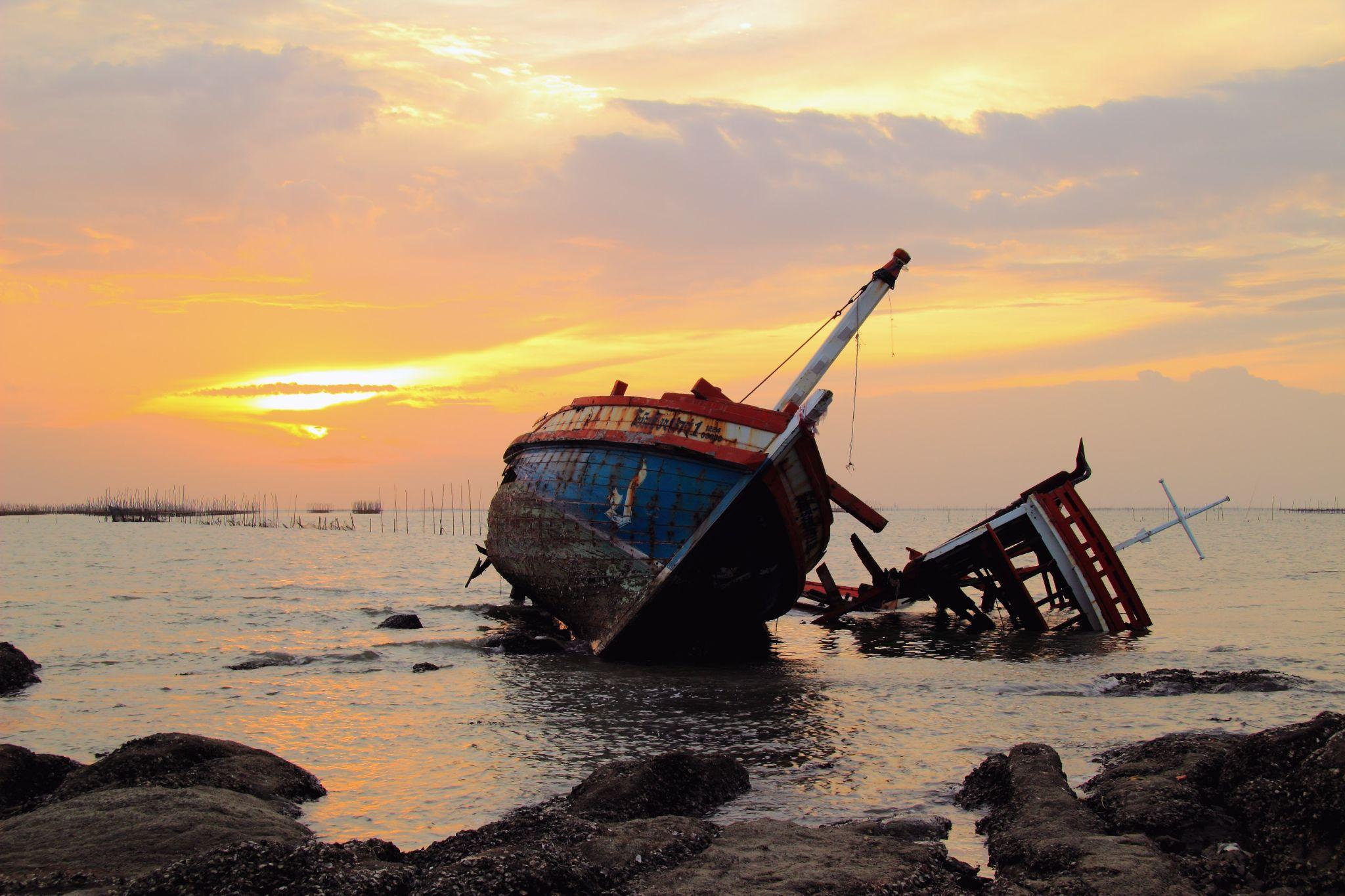Shipwreck by kittipatboonchim