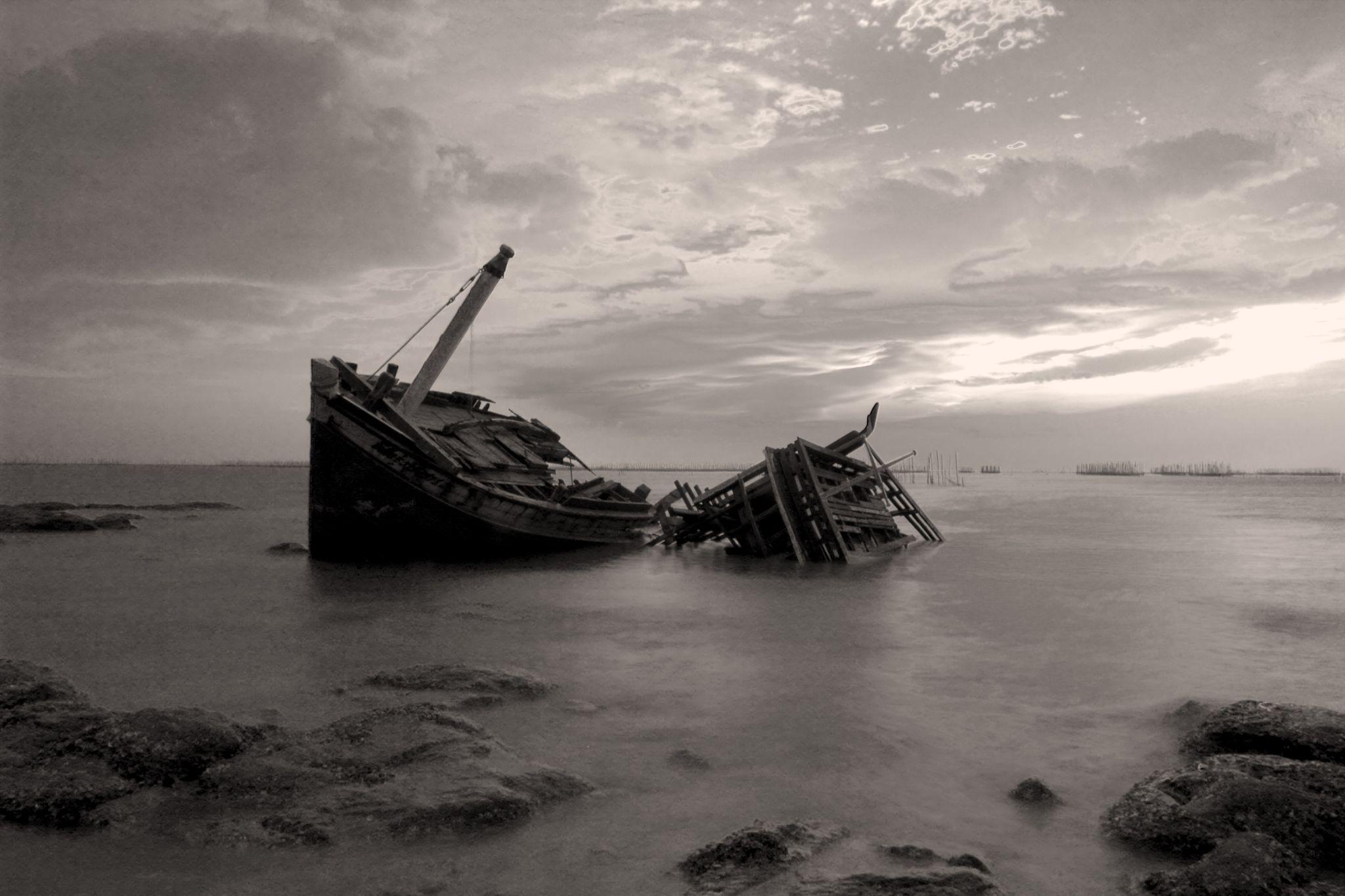 Shipwreck_1 by kittipatboonchim