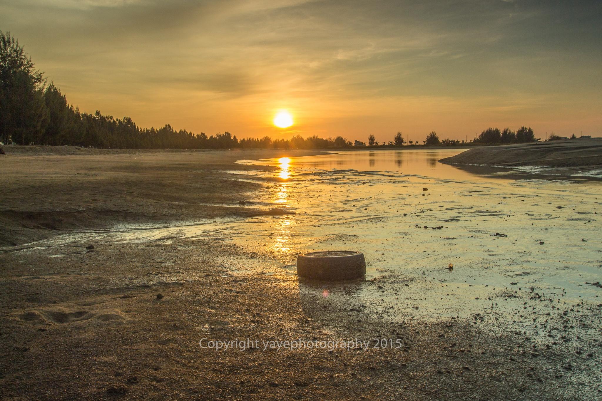 Sunrise at Klebang Beach, Malaysia by yaye