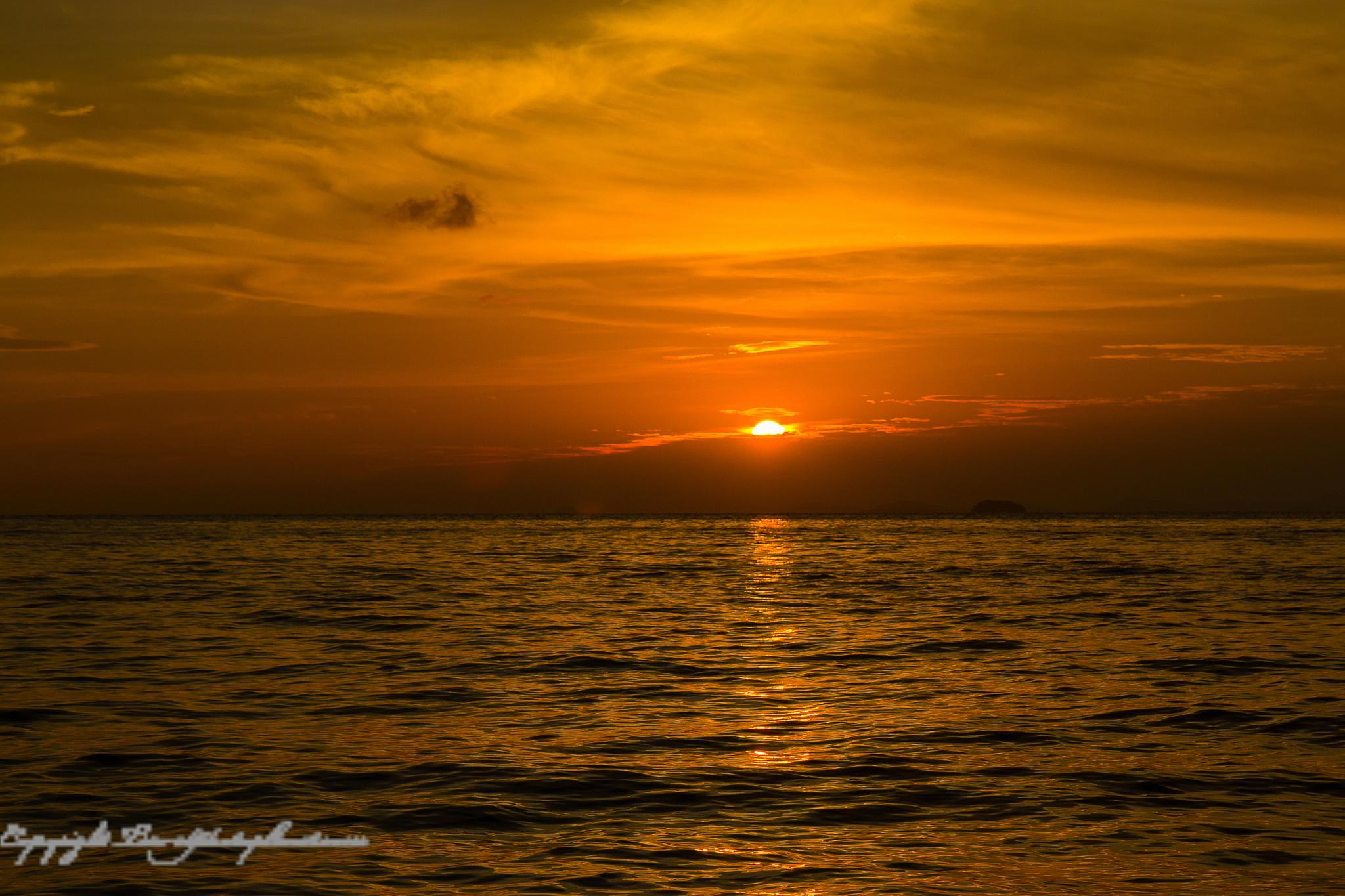 Phi Phi Island Sunset by Svein Arne Grønnevik
