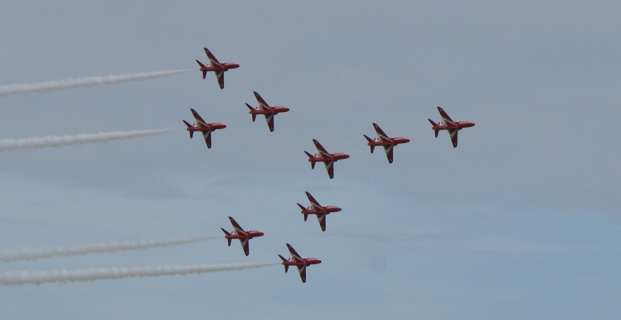 Red Arrows in Formation by george.mcmenemy.7