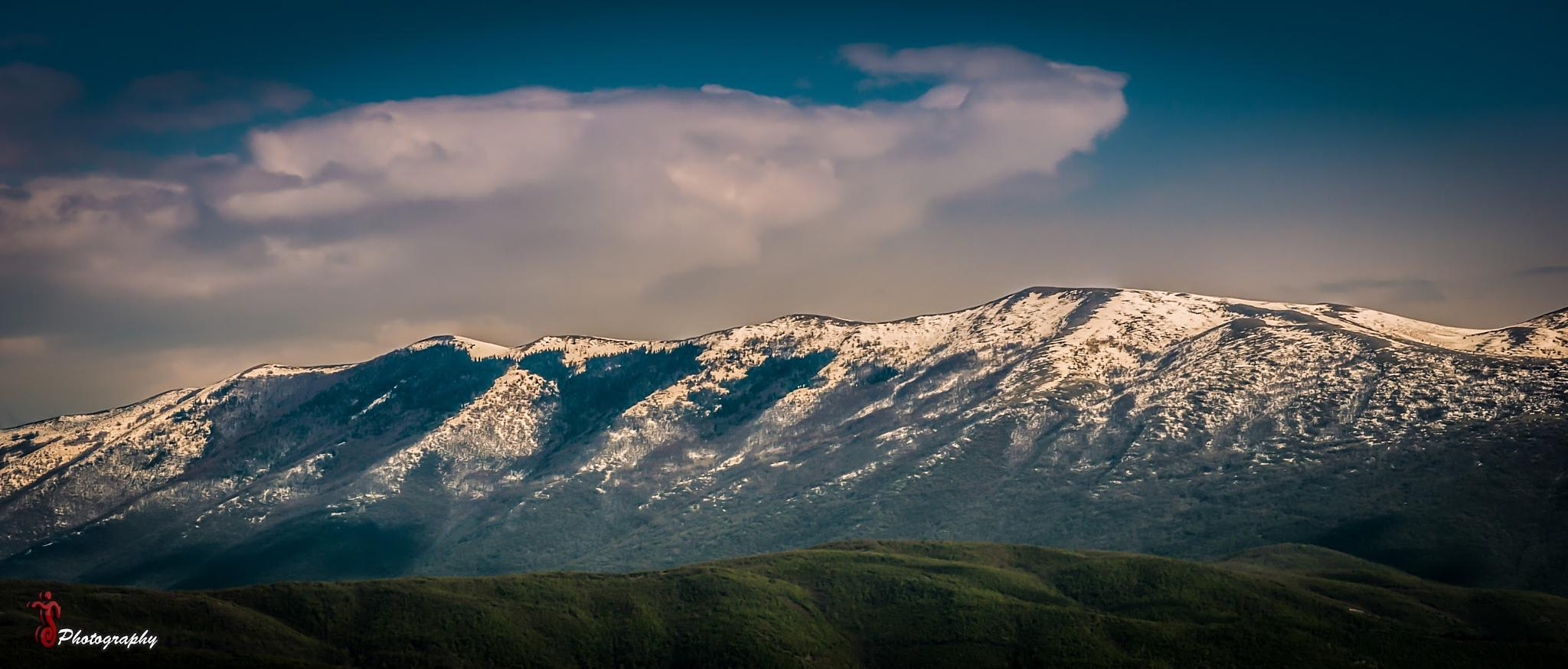 Mountains covered with snow by Jetmir Sejdia