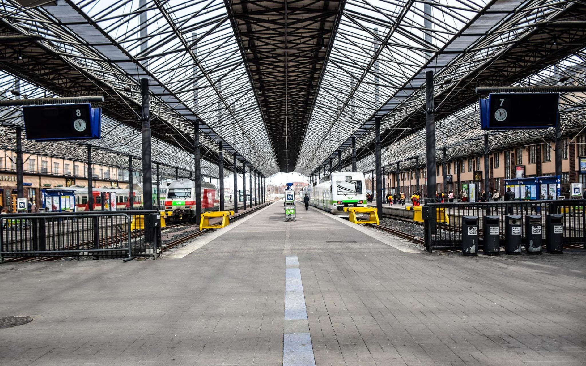 Platform 7 - 8  by aronrielle