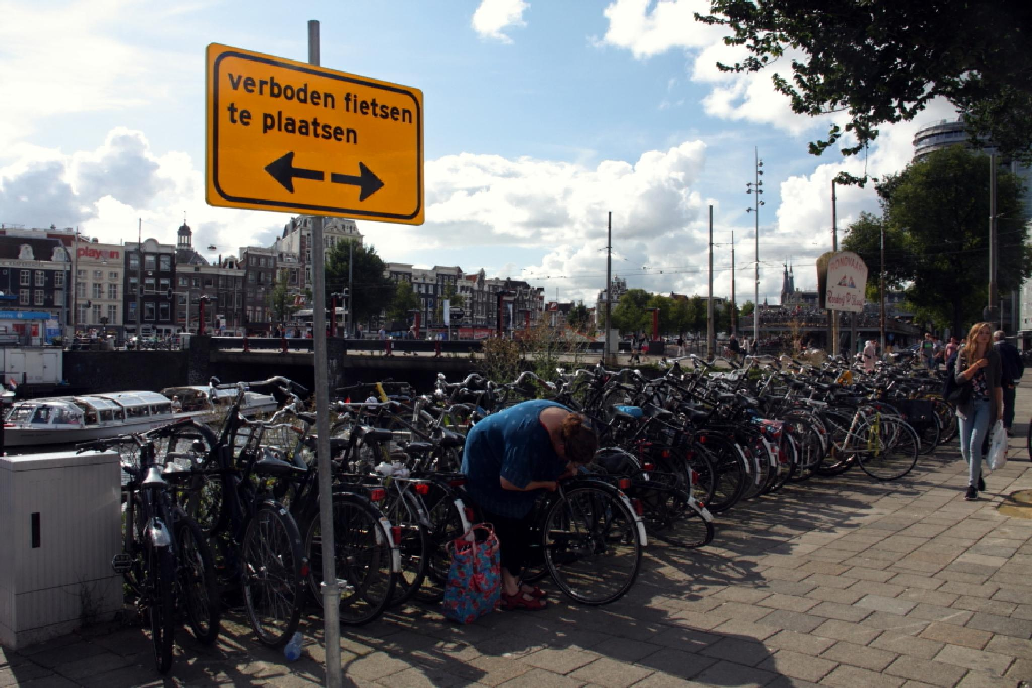parking forbidden for cycles... Are you sure ? by jacques.bauduin