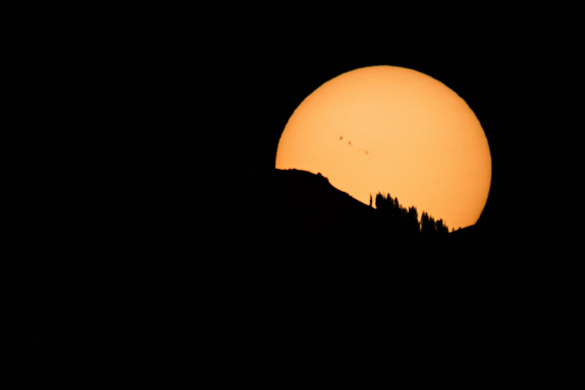 Sun Setting like a Moonrise by drchad480