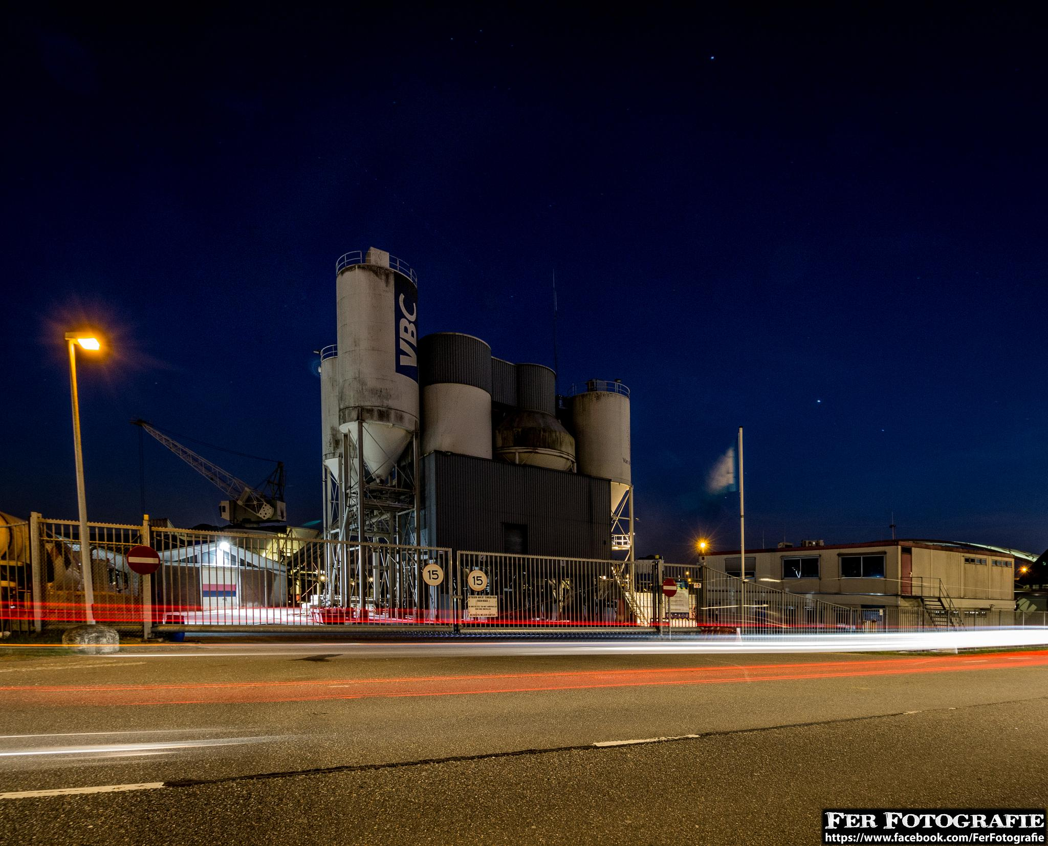 Night Photo from a sand fill station (Rotterdam) by Fer Herwaarden