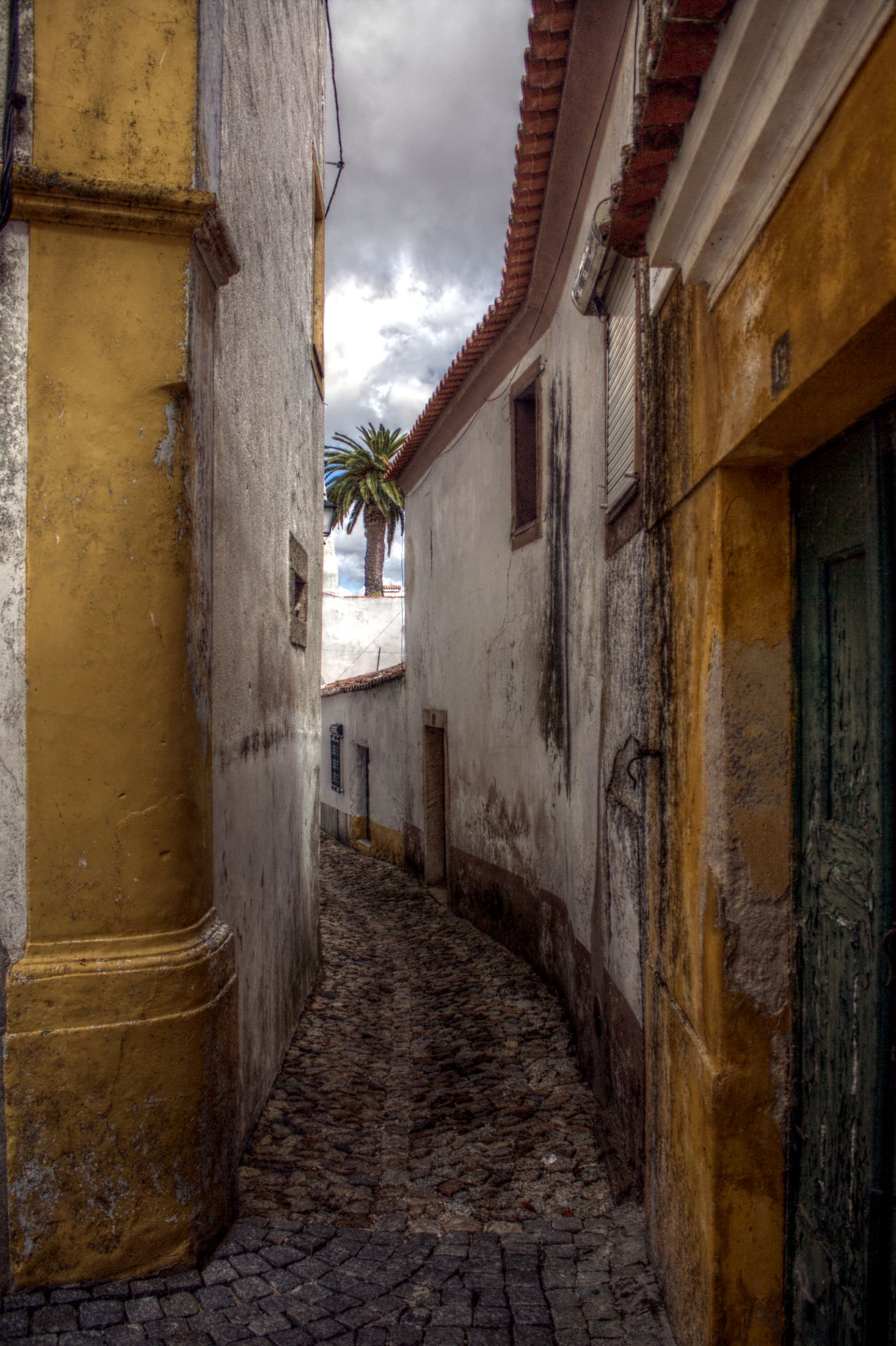 Narrow street by Joaquim Gaspar