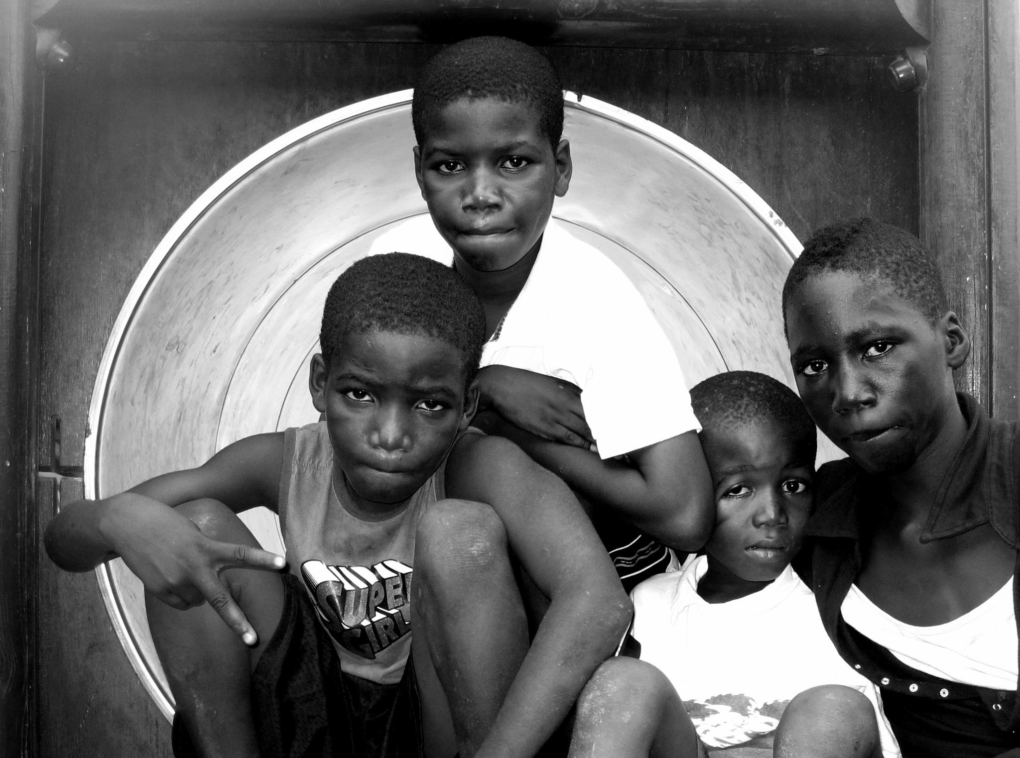 Gas station kids by Carlos.Alberto.Andrade.Cruz