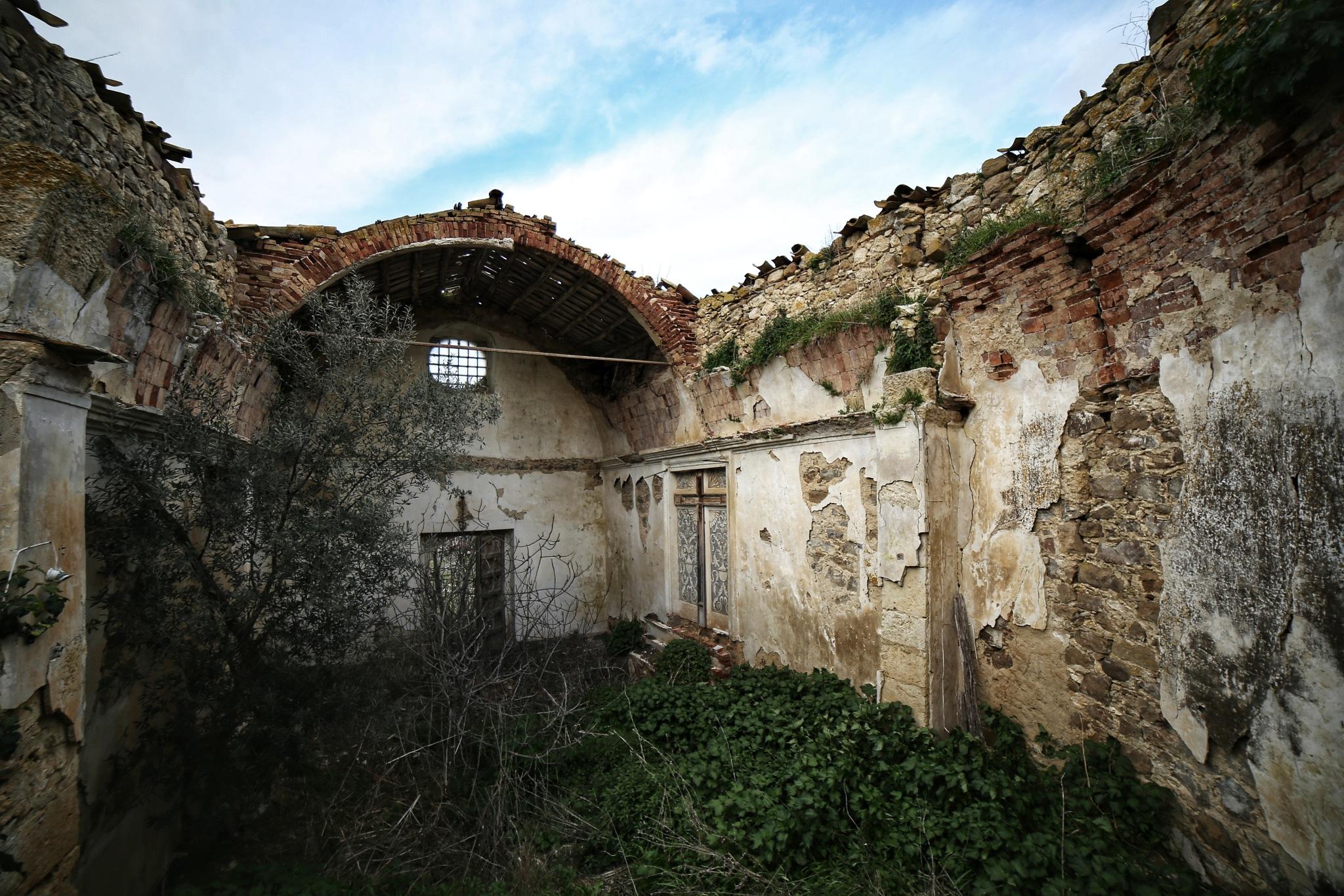 un antica chiesa  by Tommaso