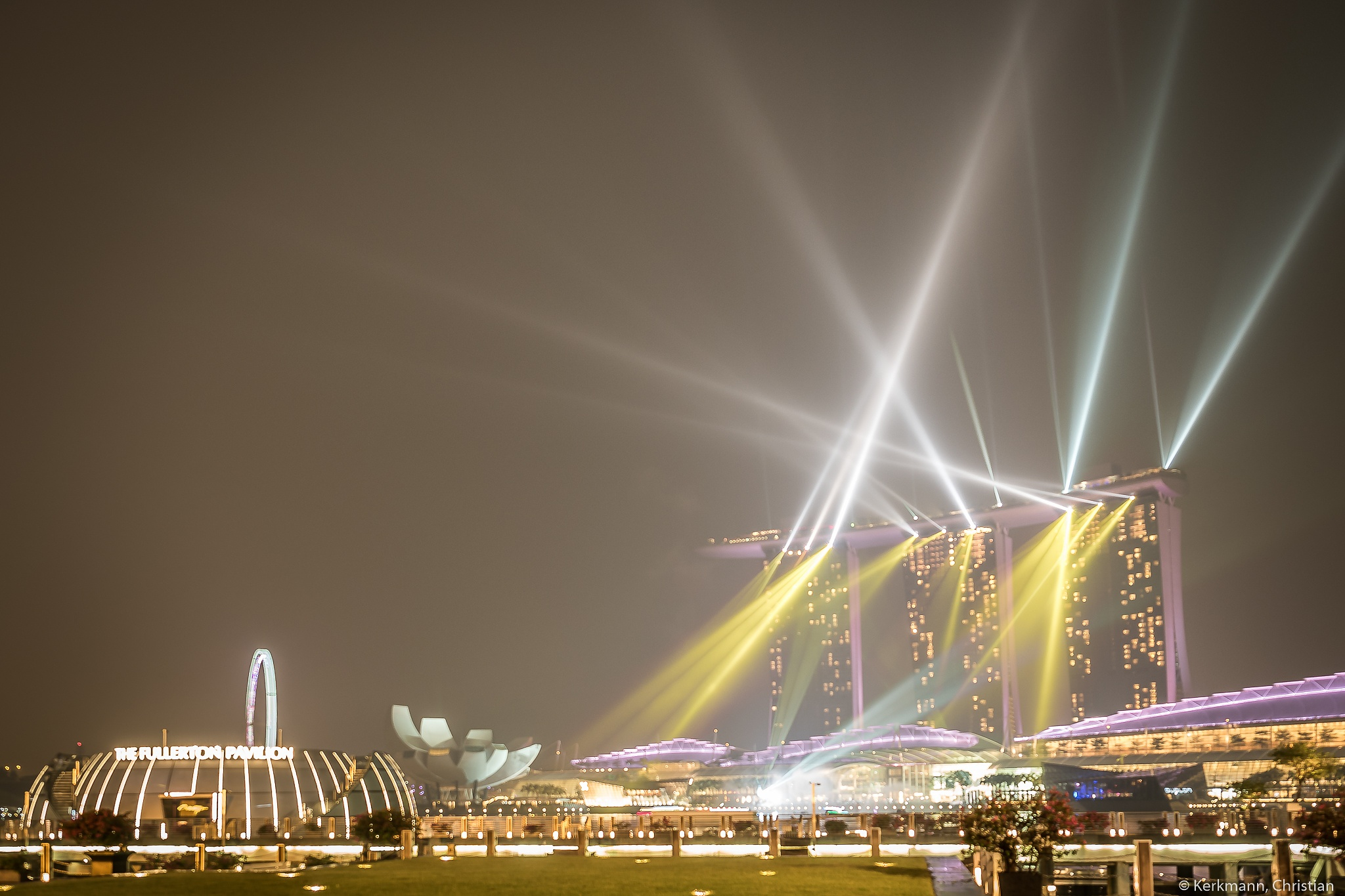 Marina Bay Light Show within the haze of Indonesian forest fires by Christian Kerkmann Photography