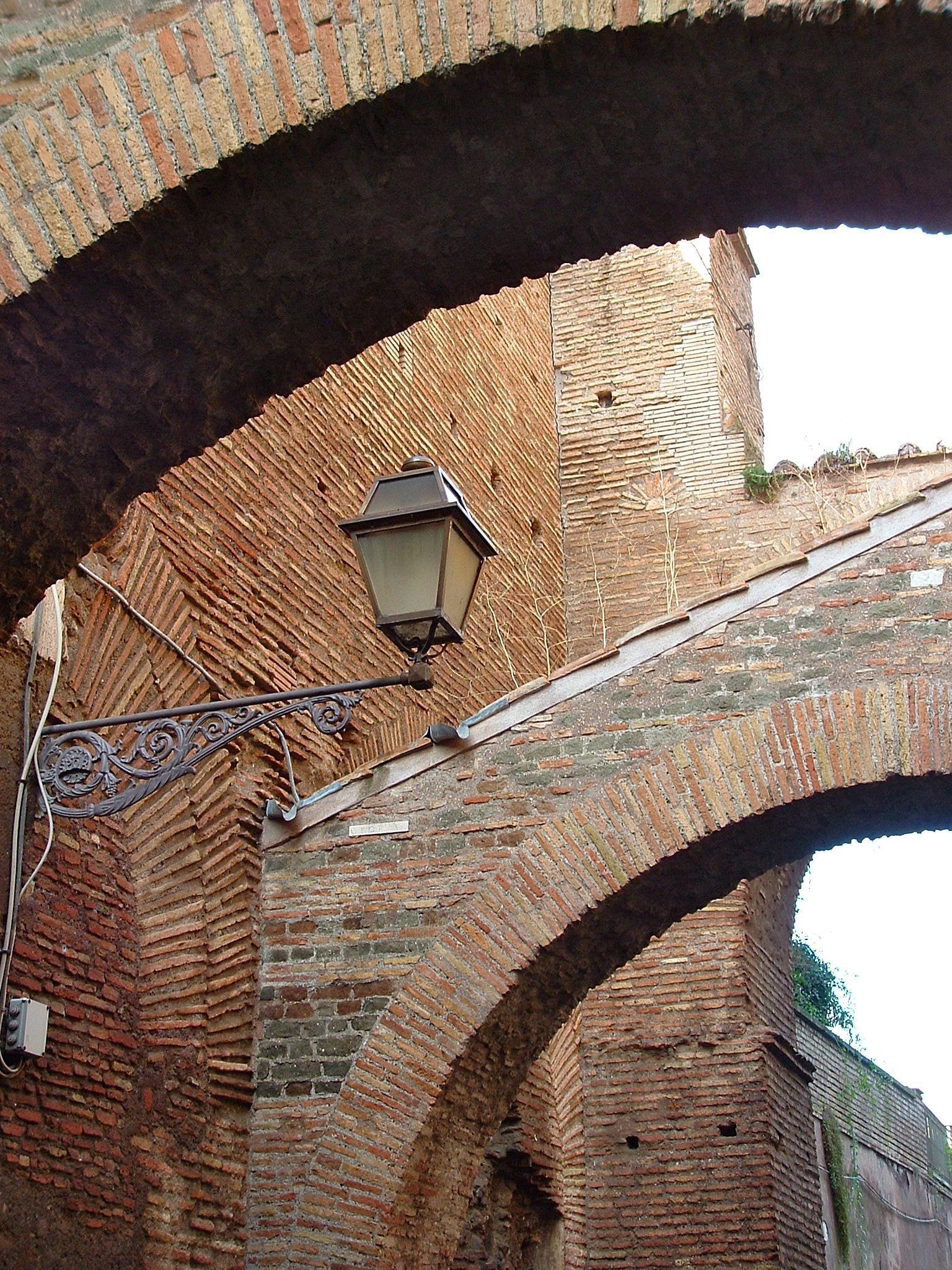 Roma. La lampada sotto gli archi by Salvatore Bertolino