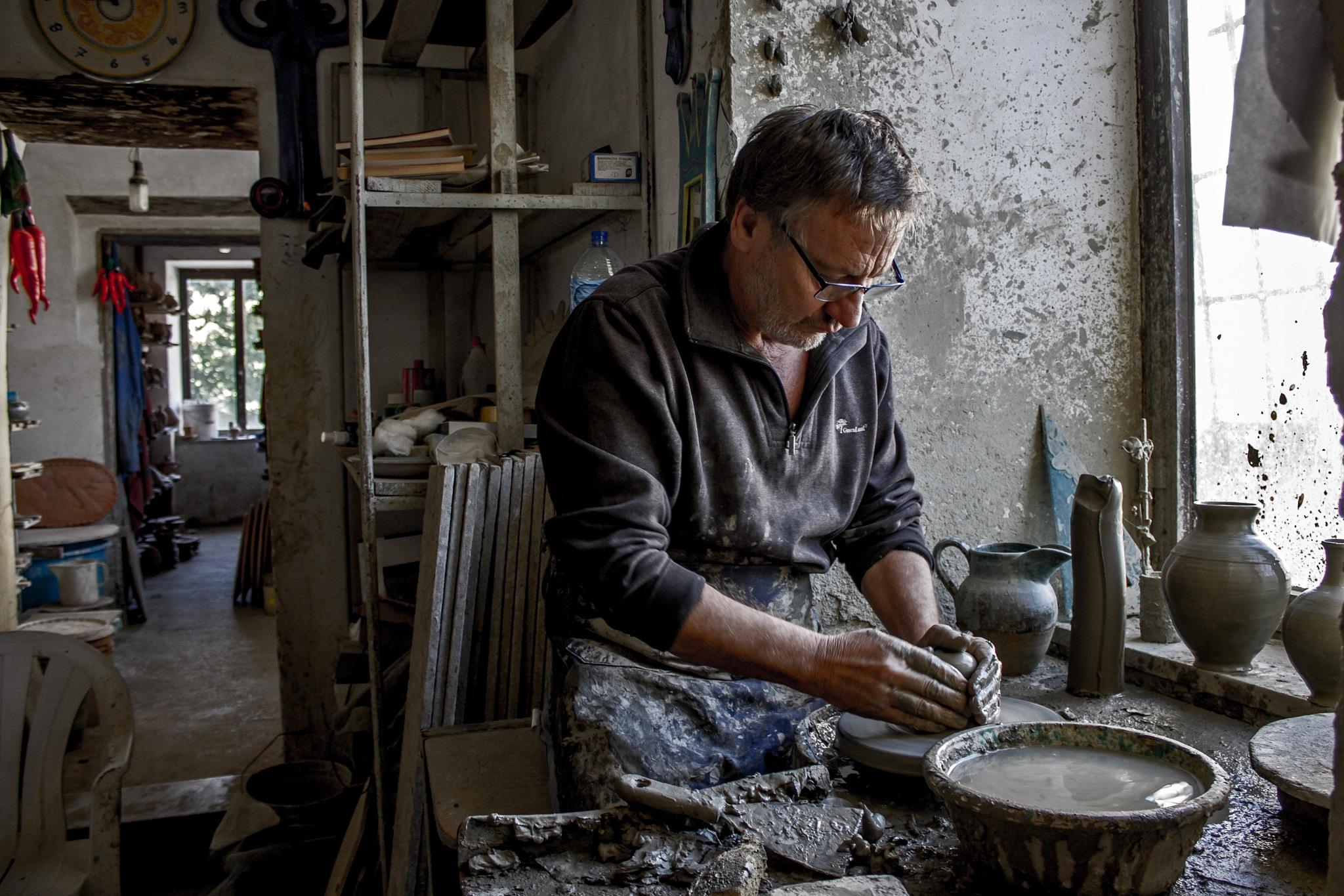 Nella bottega del ceramista by Salvatore Bertolino