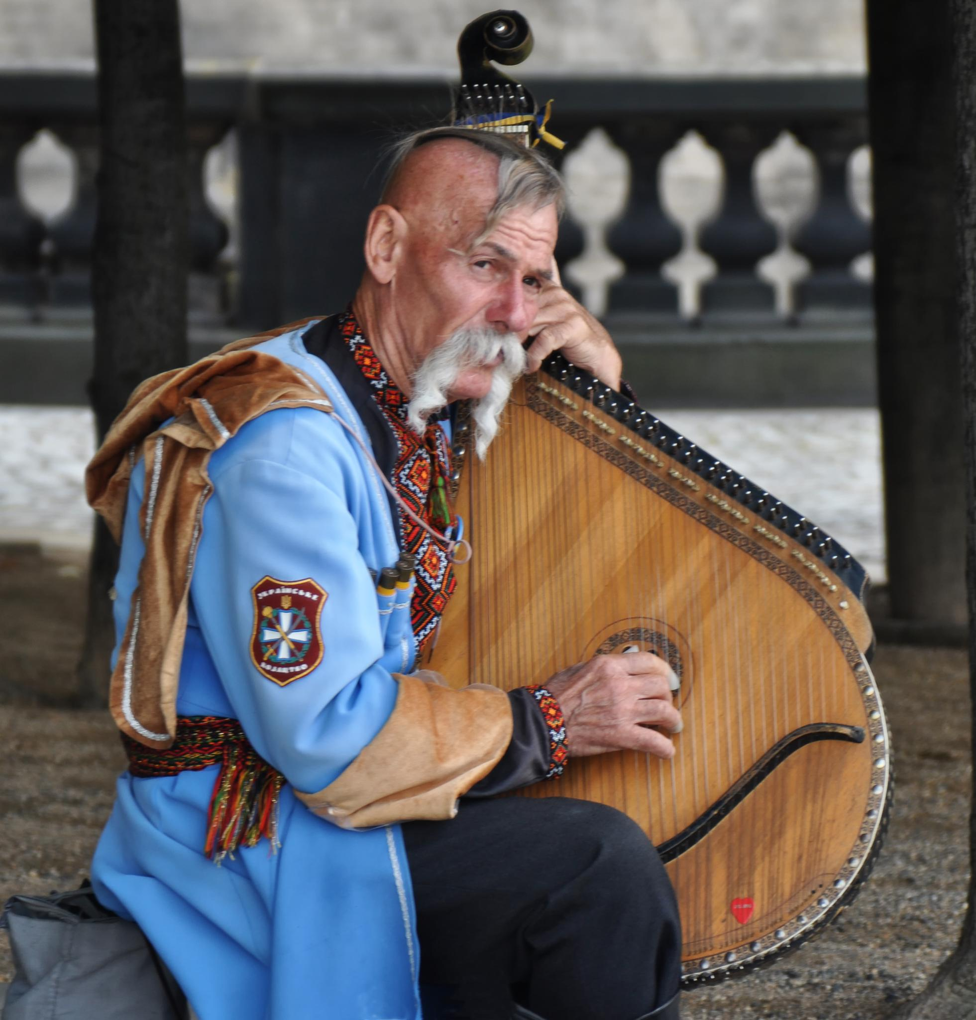 Il musicista di strada - The street musician by andragoli