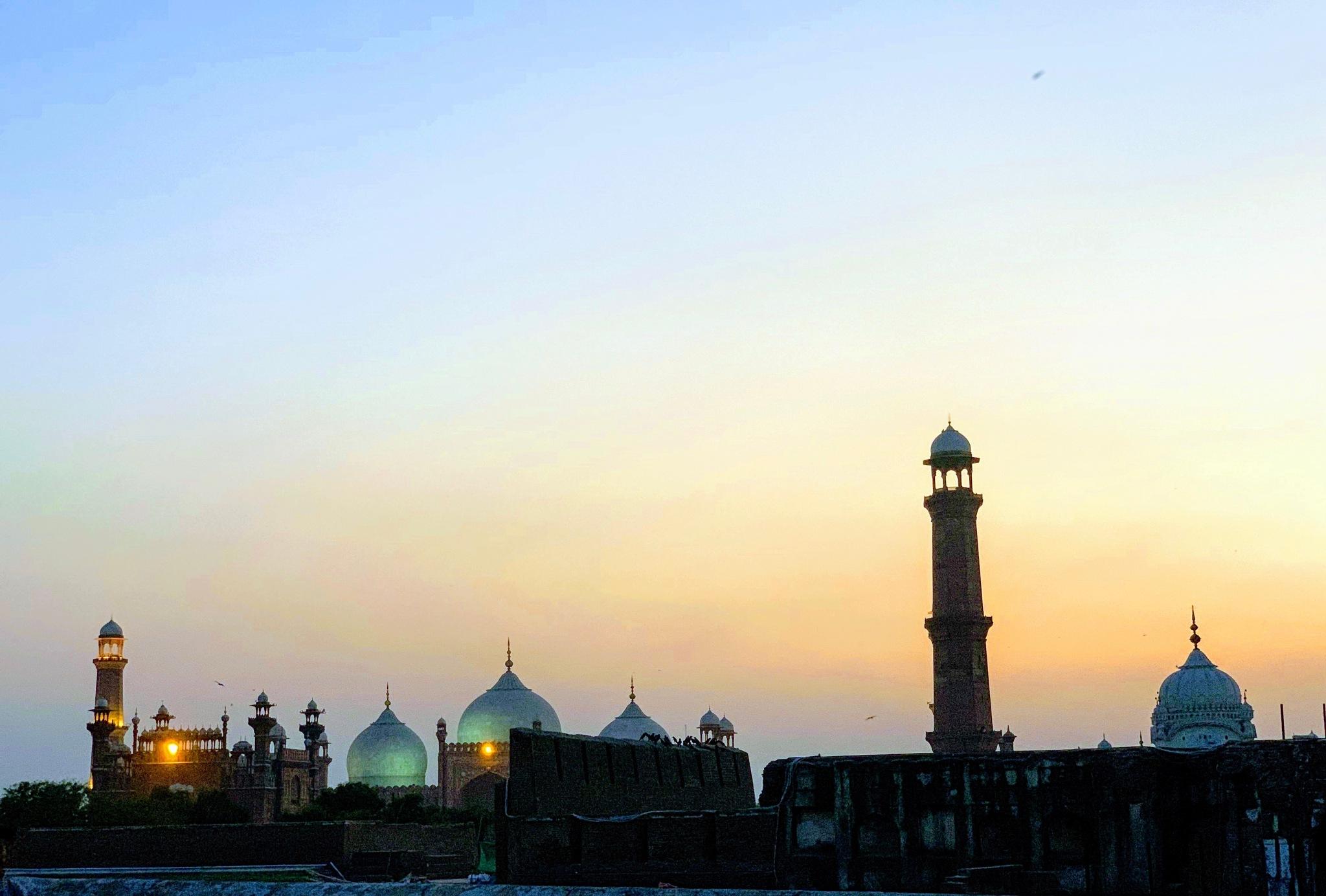 Badshahi Mosque by AmbReeN