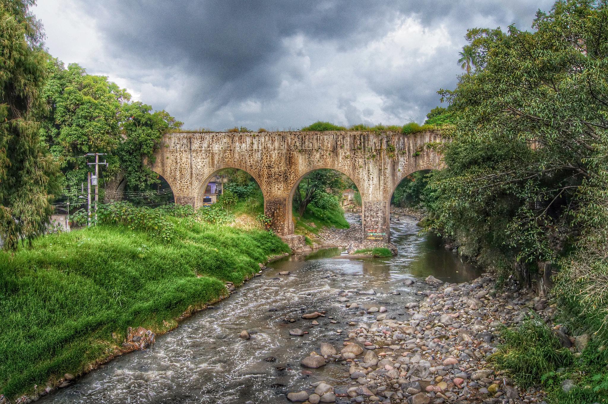 El viejo Puente  by Hector Hernandez Lagunas